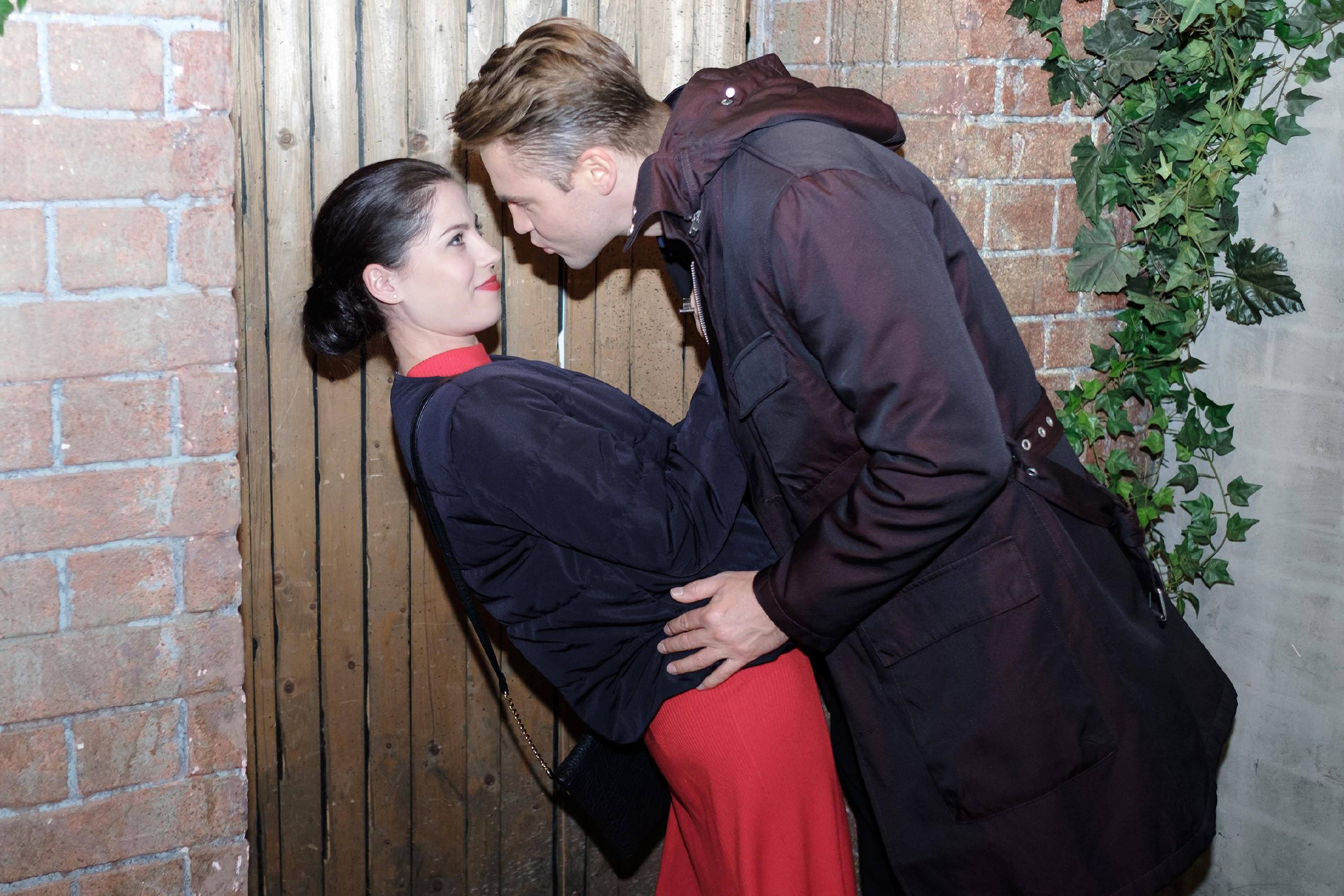 Bambi (Benjamin Heinrich) ist enttäuscht, dass Sina (Valea Katharina Scalabrino) die Nacht lieber mit ihrem Mikroskop, als mit ihrem Ehemann verbringt. (Foto: RTL / Stefan Behrens)