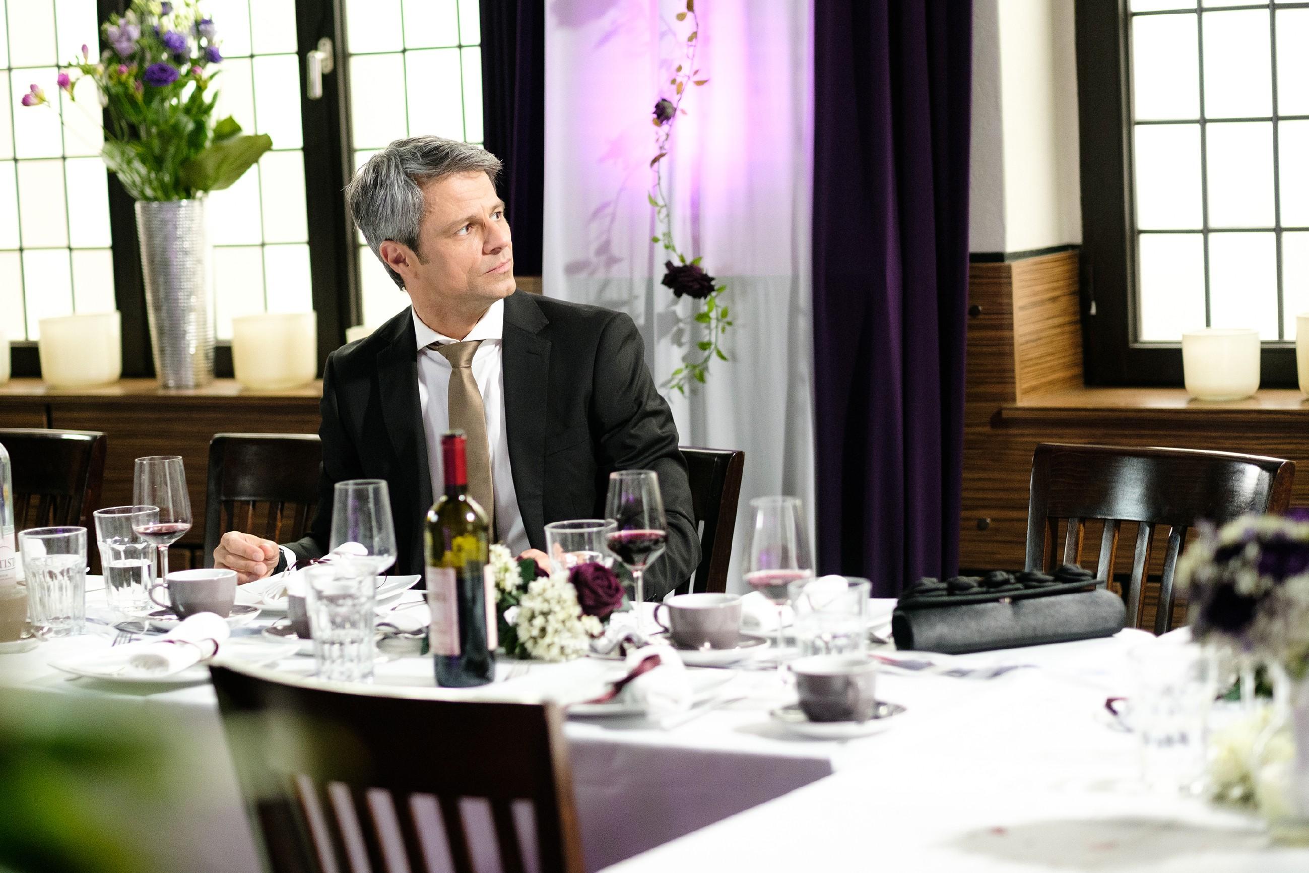 Benedikt (Jens Hajek) versucht sich auf der Hochzeitsfeier von Irene und Robert seiner Frau wieder etwas anzunähern, doch Andrea bleibt distanziert. (Foto: RTL / Stefan Behrens)