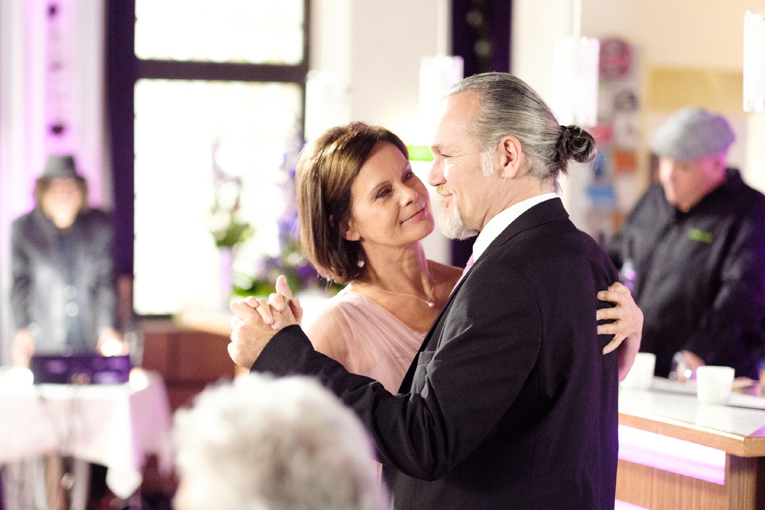 Irene (Petra Blossey) und Robert (Luca Maric) feiern mit ihren Freunden aus der Schillerallee ihre Hochzeit. (Foto: RTL / Stefan Behrens)