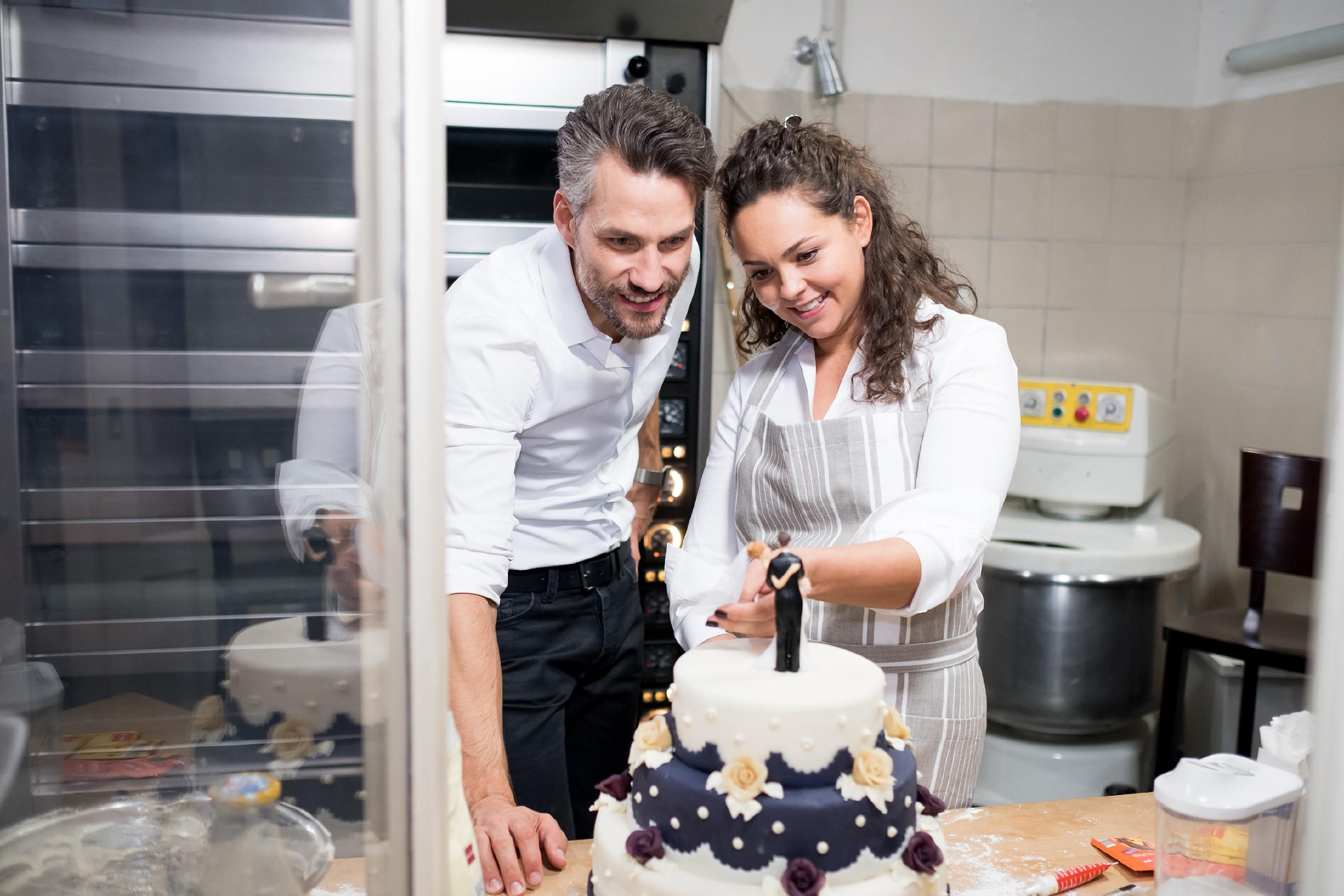Als Malte (Stefan Bockelmann) und Caro (Ines Kurenbach) eine Not-Hochzeitstorte backen, blitzt für einen kurzen Moment ihre alte Vertrautheit auf. (Foto: RTL / Stefan Behrens)