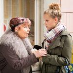 KayC (Pauline Angert, r.) bekommt Roswithas (Andrea Brix) angeblich wertvolle Perlenkette als Lohn für die Hilfe in ihrer Not. (Foto: RTL / Stefan Behrens)