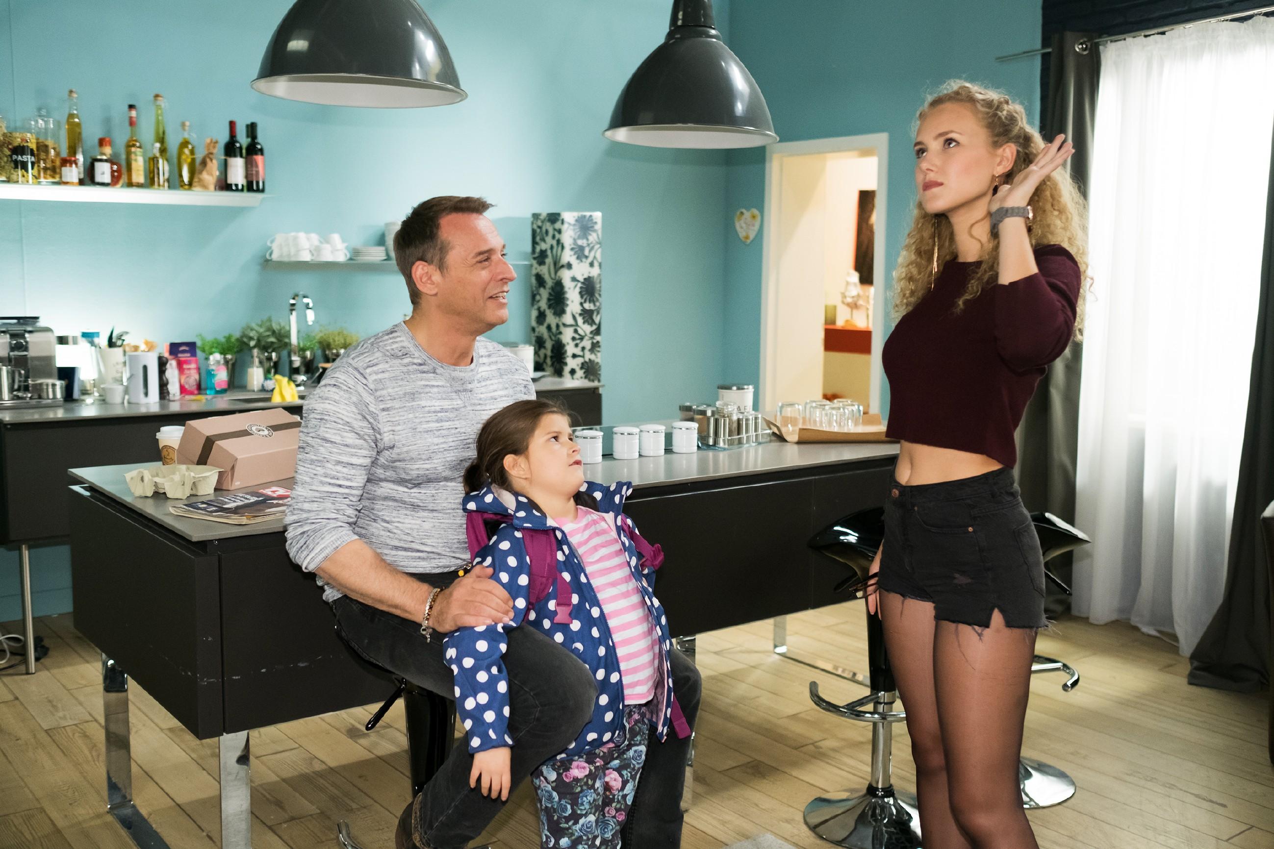 KayC (Pauline Angert, r.) legt sich ins Zeug, um Rufus (Kai Noll) und Lotta von ihrem schauspielerischen Talent zu überzeugen. (Foto: RTL / Stefan Behrens)