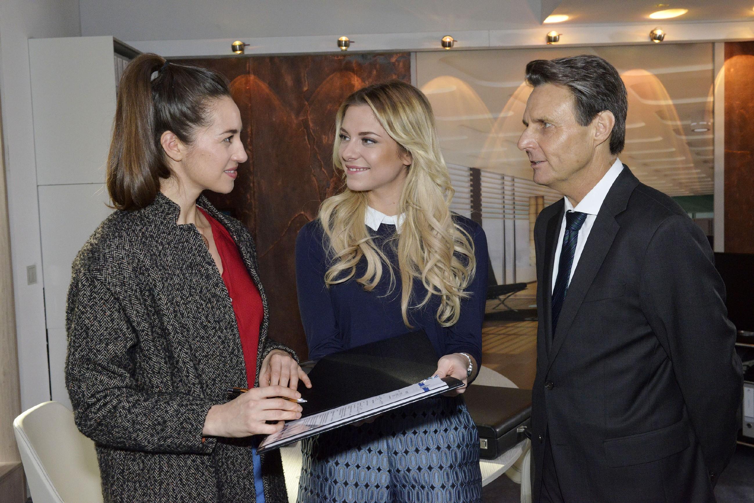 Elena (Elena Garcia Gerlach, l.) ist gerührt, als Sunny (Valentina Pahde) und Gerner (Wolfgang Bahro) ihr bei KFI eine Stelle als Übersetzerin anbieten. (Quelle: RTL / Rolf Baumgartner)