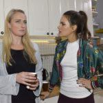Maren (Eva Mona Rodekirchen, l.) und Jasmin (Janina Uhse) wollen verhindern, dass Katrin von der Presse belästigt wird. (Quelle: RTL / Rolf Baumgartner)