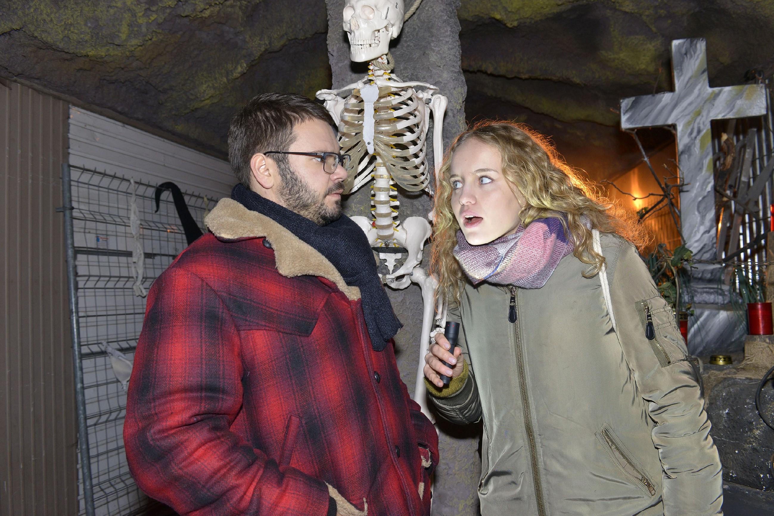 Jule (Luise von Finckh) entführt Tuner (Thomas Drechsel) in ein Requisitenlager und gibt damit an, sich vor nichts zu fürchten... (Quelle: RTL / Rolf Baumgartner)