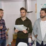 Paul (Niklas Osterloh, l.) scheint für Philip (Jörn Schlönvoigt, M.) und John (Felix von Jascheroff) bei dem Küchenprojekt die letzte Hoffnung zu sein. (Quelle: RTL / Rolf Baumgartner)
