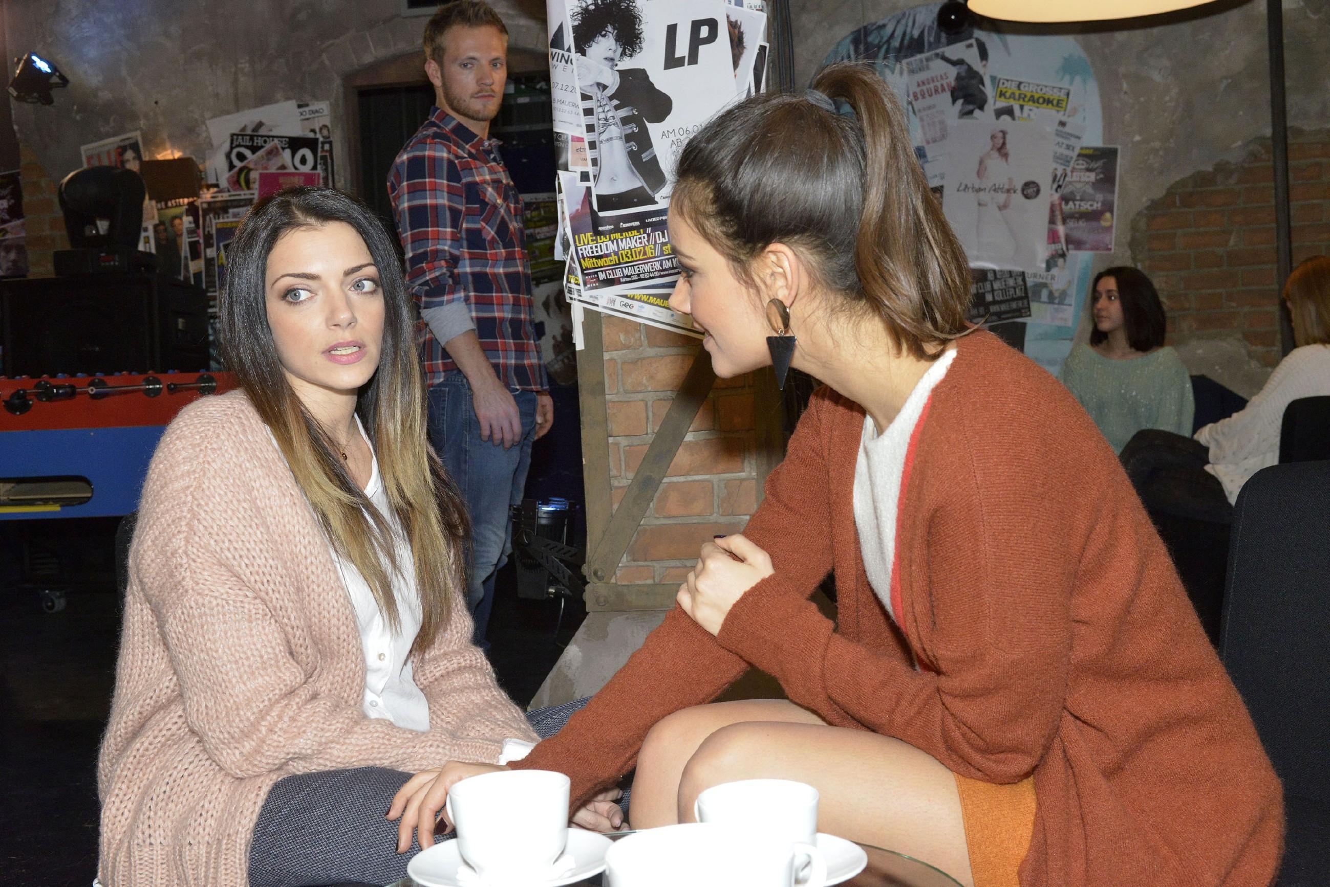 Paul (Niklas Osterloh, hinten) bekommt durch ein Gespräch zwischen Emily (Anne Menden, l.) und Jasmin (Janina Uhse) mit, warum es Emily so schlecht geht. (Quelle: RTL / Rolf Baumgartner)