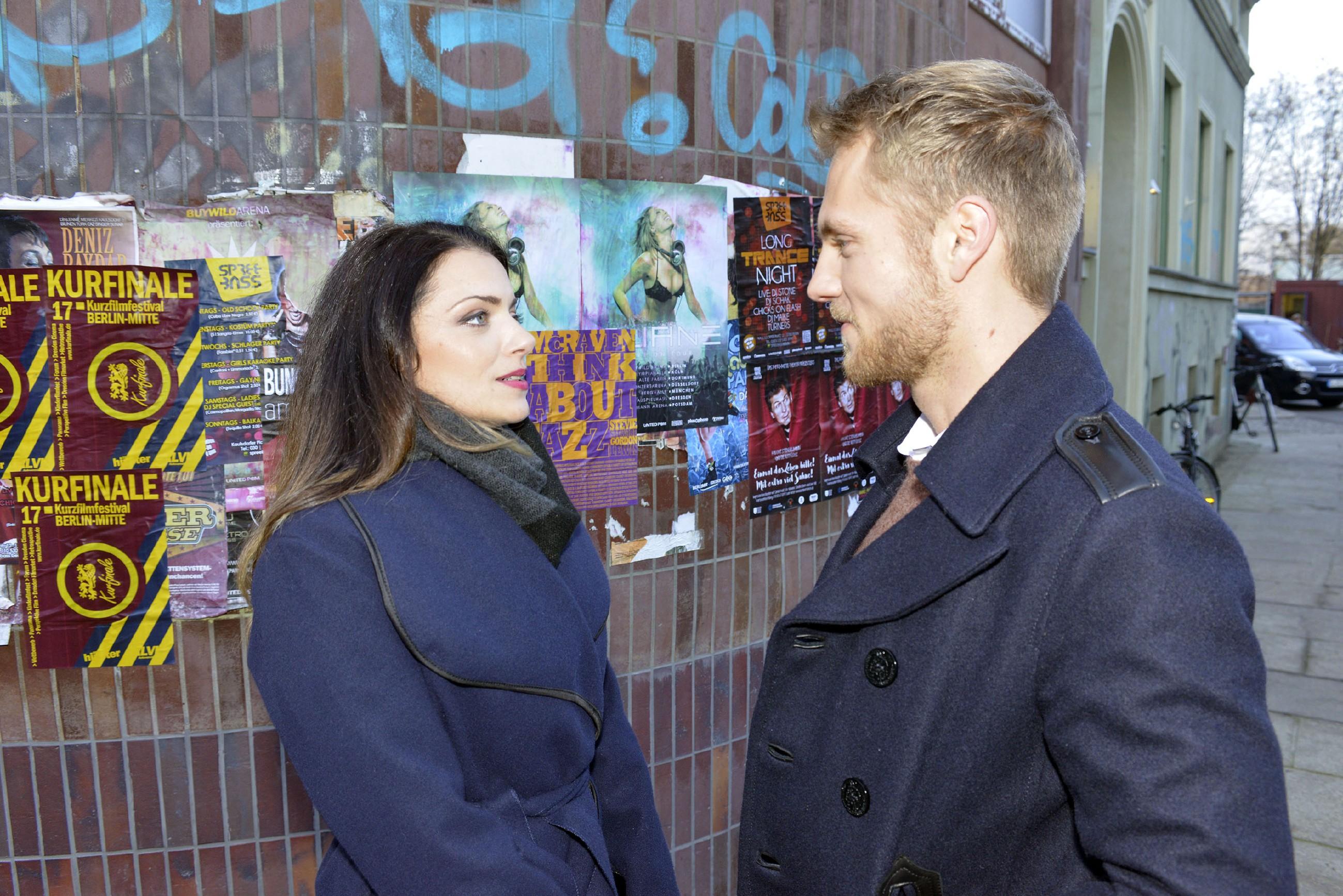 Paul (Niklas Osterloh) ist happy, dass das Date mit Emily (Anne Menden) entspannt beginnt. (Quelle: RTL / Rolf Baumgartner)