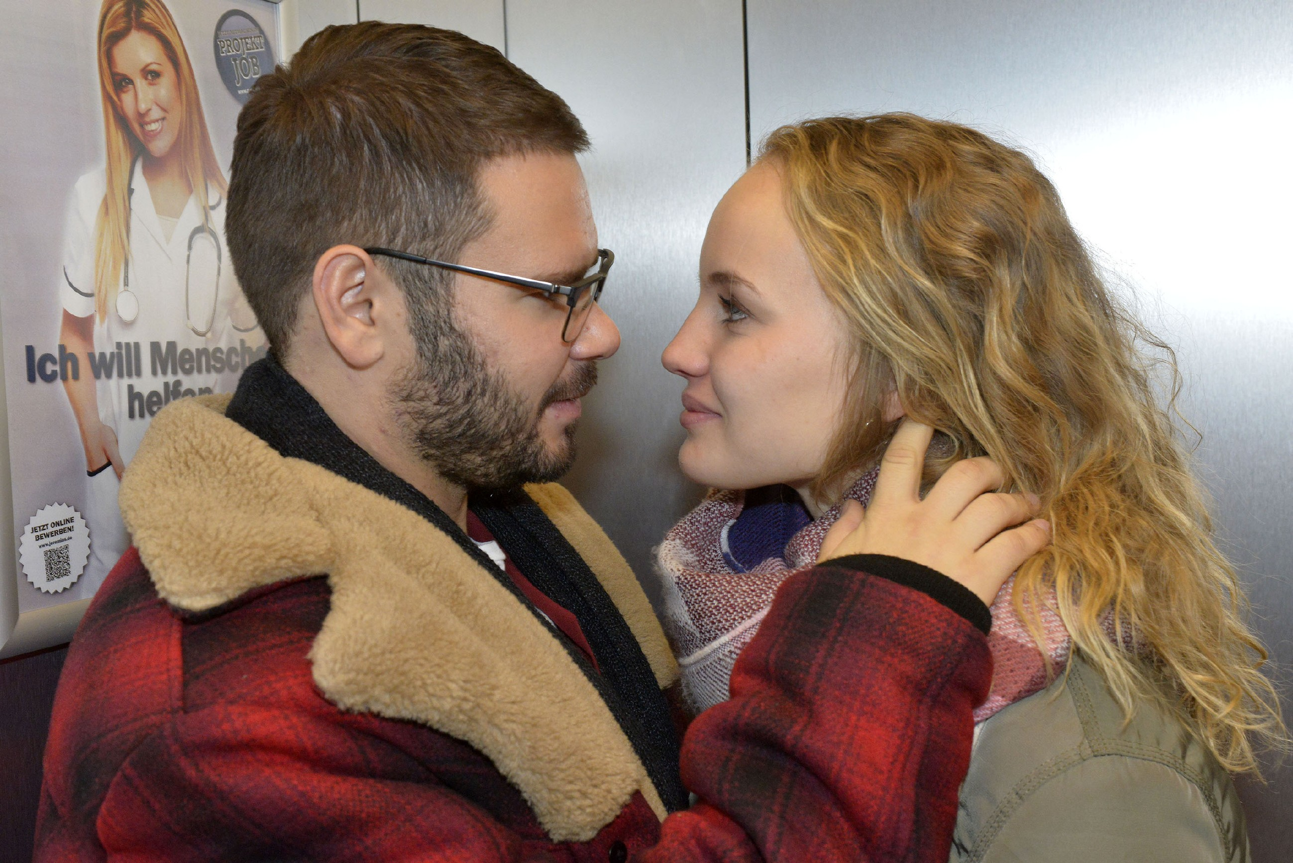 Tuner (Thomas Drechsel) und Jule (Luise von Finckh) genießen ihr lockeres Abenteuer - zumindest zeitweise, denn niemand soll von ihrer Affäre erfahren... (Quelle: RTL / Rolf Baumgartner)