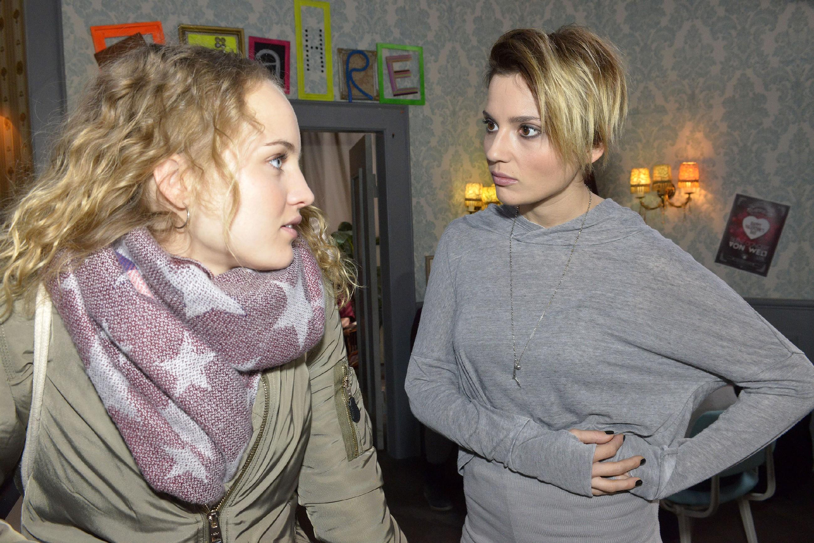Anni (Linda Marlen Runge, r.) kann nicht fassen, dass Jule (Luise von Finckh) was mit Tuner am Laufen hat. (Quelle: RTL / Rolf Baumgartner)