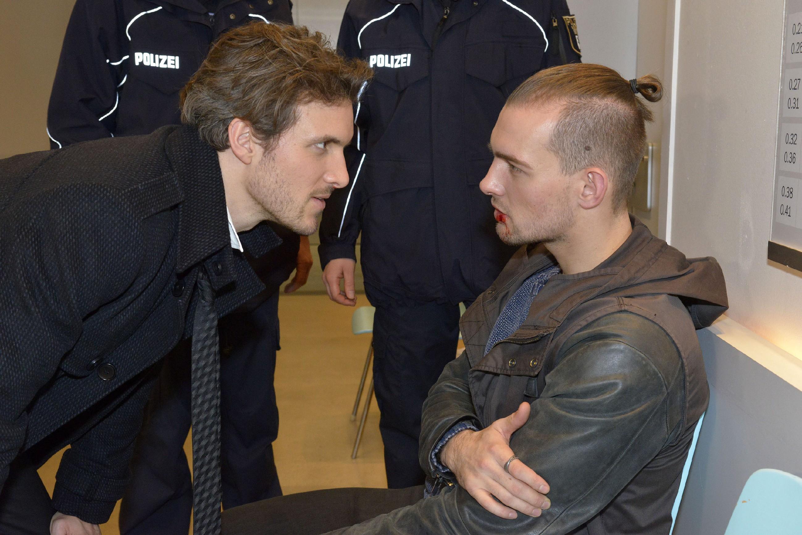 Felix (Thaddäus Meilinger, l.) ist Chris (Eric Stehfest) bei der Prügelei zur Seite gesprungen, doch Chris zeigt wenig Dankbarkeit - auch nicht, als Felix Chris vor der Polizei in Schutz nimmt. (Quelle: RTL / Rolf Baumgartner)
