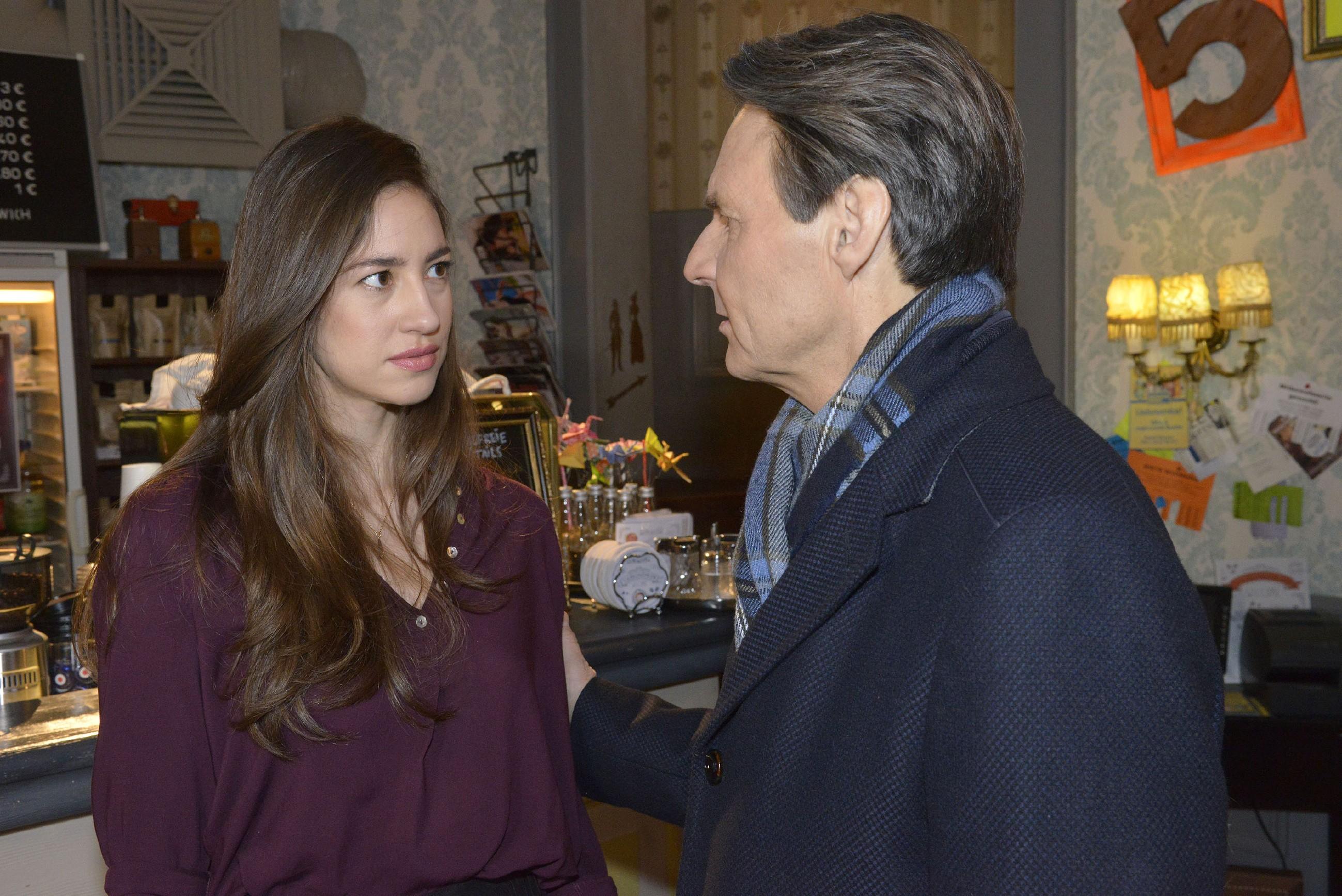 Elena (Elena Garcia Gerlach) ist erleichtert, dass Gerner (Wolfgang Bahro) ihr glaubt, dass sein Geschäftspartner Sanchez sie belästigt hat. (Quelle: RTL / Rolf Baumgartner)