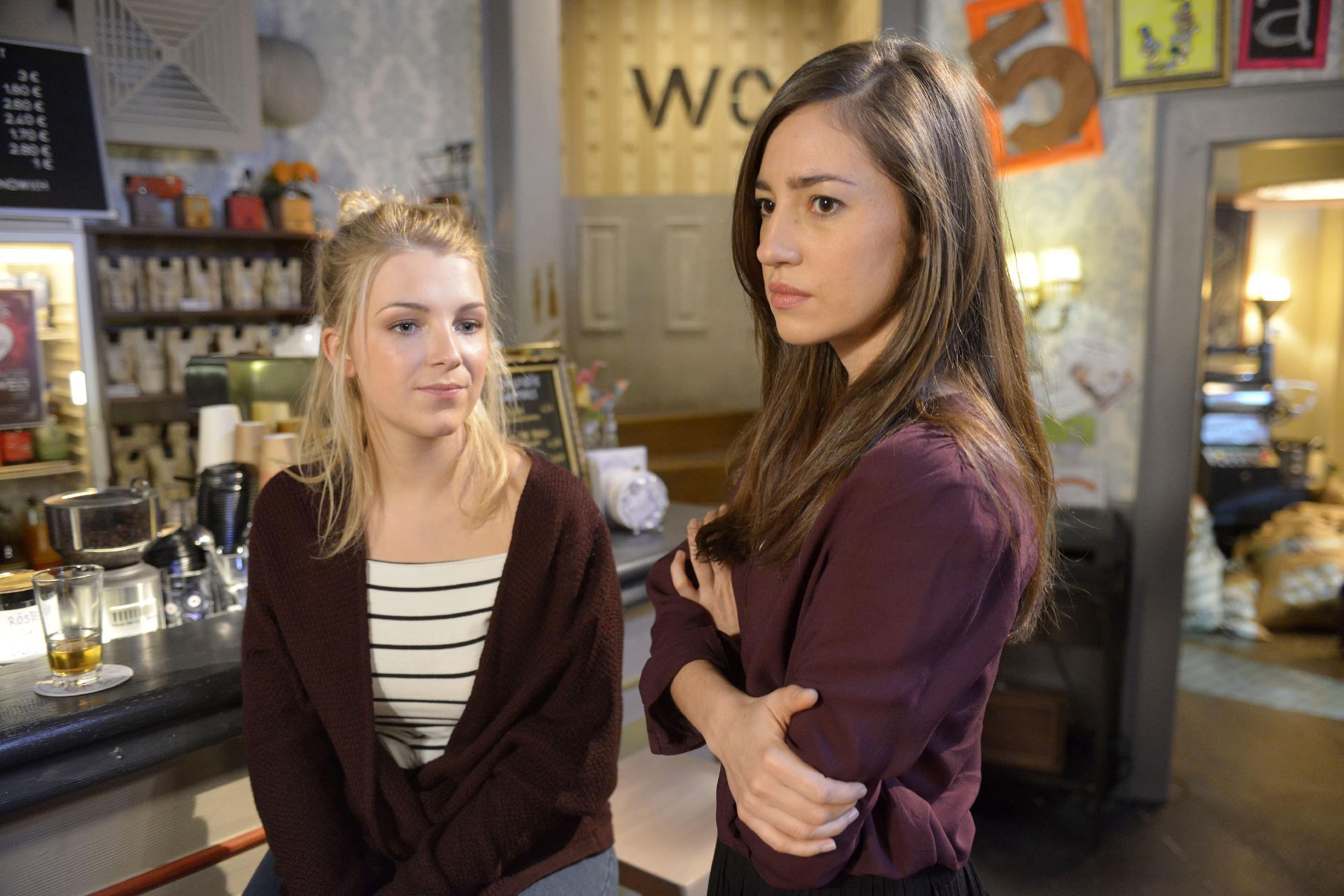 Elena (Elena Garcia Gerlach, r.) erzählt Lilly (Iris Mareike Steen) von ihrer Befürchtung, dass Gerner sauer auf sie ist. (Quelle: RTL / Rolf Baumgartner)