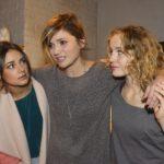 Jasmin (Janina Uhse, l.) und Jule (Luise von Finckh, r.) helfen der von Rückenschmerzen geplagten Anni (Linda Marlen Runge). (Quelle: RTL / Rolf Baumgartner)