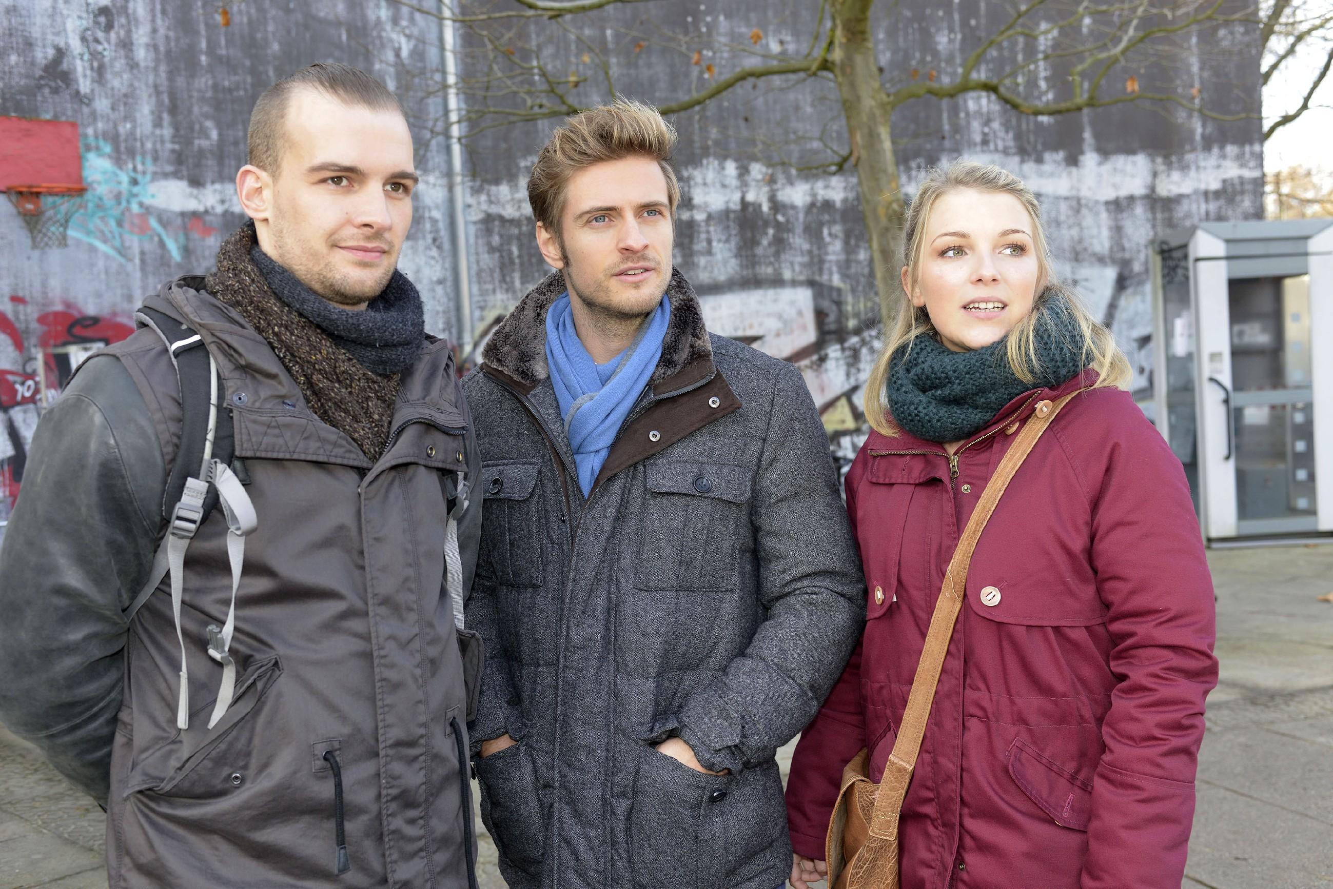 Philip (Jörn Schlönvoigt, M.) und Lilly (Iris Mareike Steen) sind begeistert, dass Chris' (Eric Stehfest) Obdachlosenprojekt offenbar erfolgreich ist. (Quelle: RTL / Rolf Baumgartner)