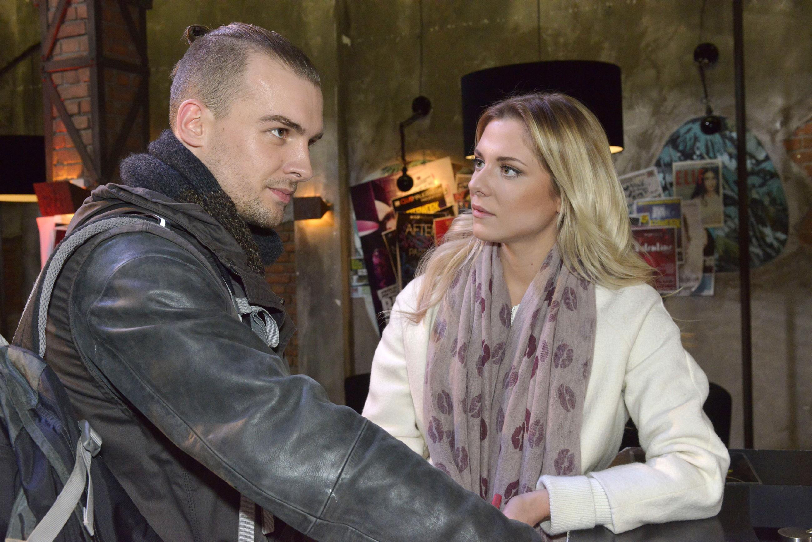 Sunny (Valentina Pahde) wünscht sich, dass Chris (Eric Stehfest) seine Wut auf ihre Geschäftspartner endlich in den Griff bekommt. (Quelle: RTL / Rolf Baumgartner)