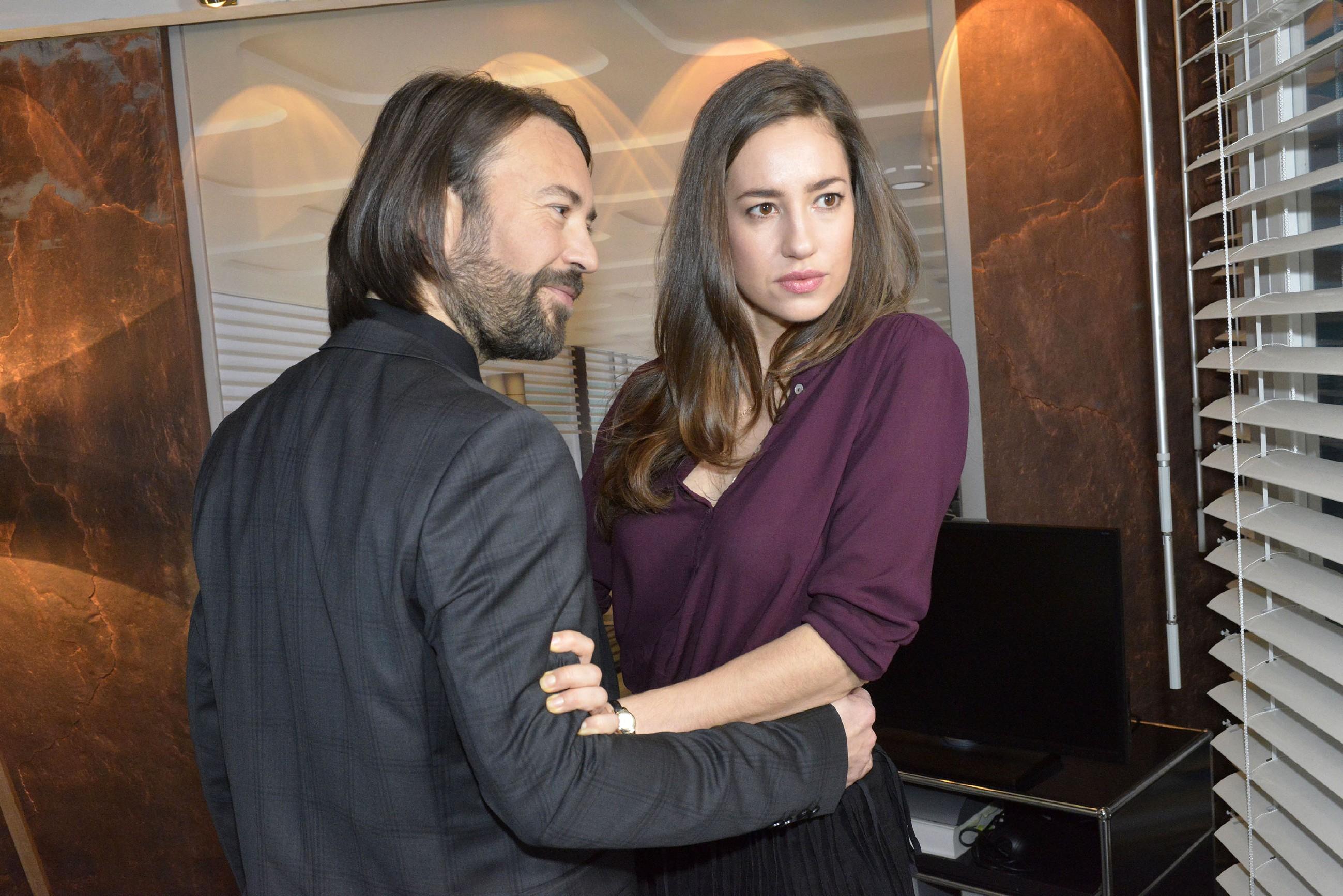 Elena (Elena Garcia Gerlach) fühlt sich hilflos, als Gerners Geschäftspartner Thiago Sanchez (Alberto Ruano) erneut zudringlich wird... (Quelle: RTL / Rolf Baumgartner)
