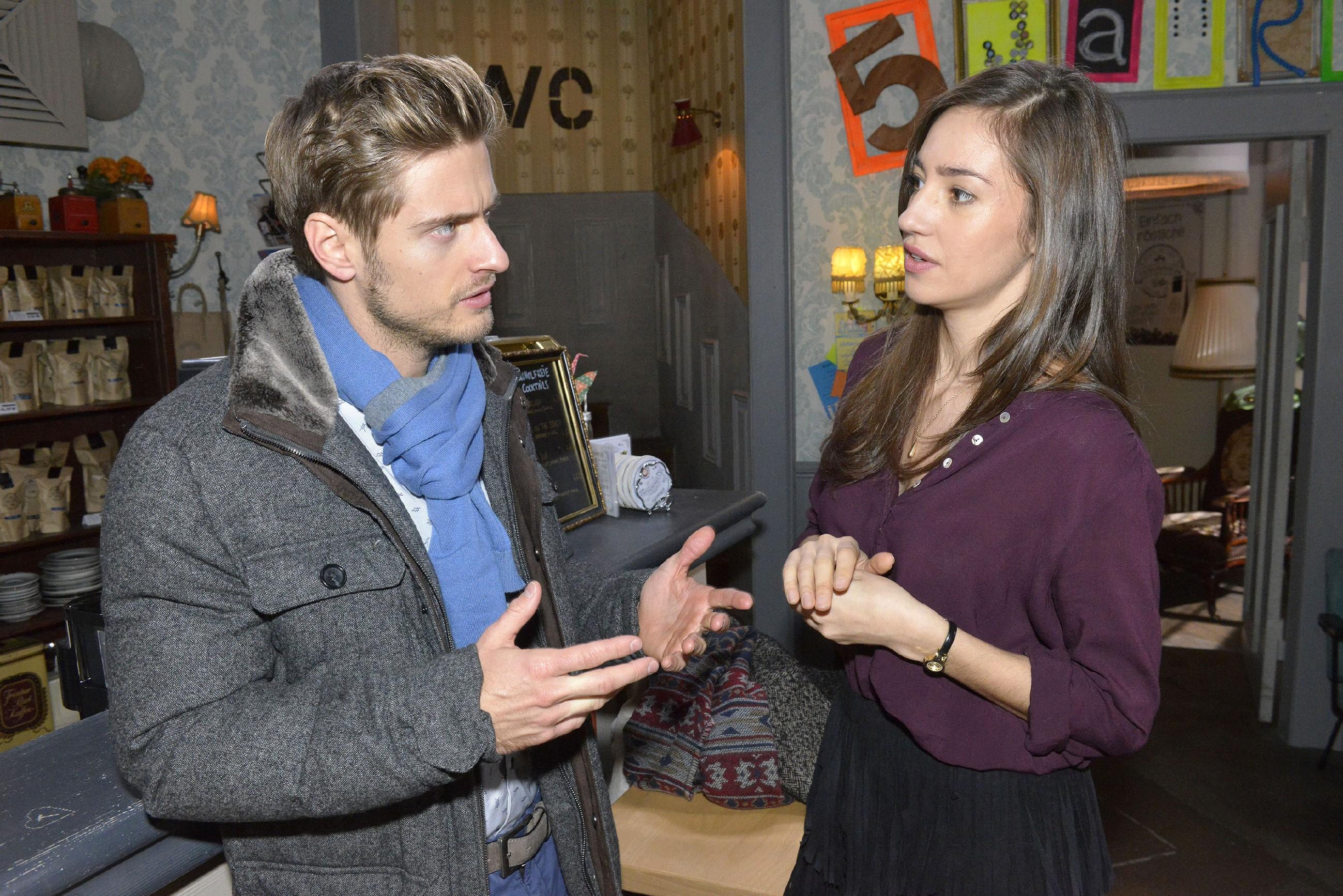 Ausgerechnet Philip (Jörn Schlönvoigt) versucht Elena (Elena Garcia Gerlach) davon zu überzeugen, dass sie bei Sanchez nichts falsch gemacht hat. (Quelle: RTL / Rolf Baumgartner)