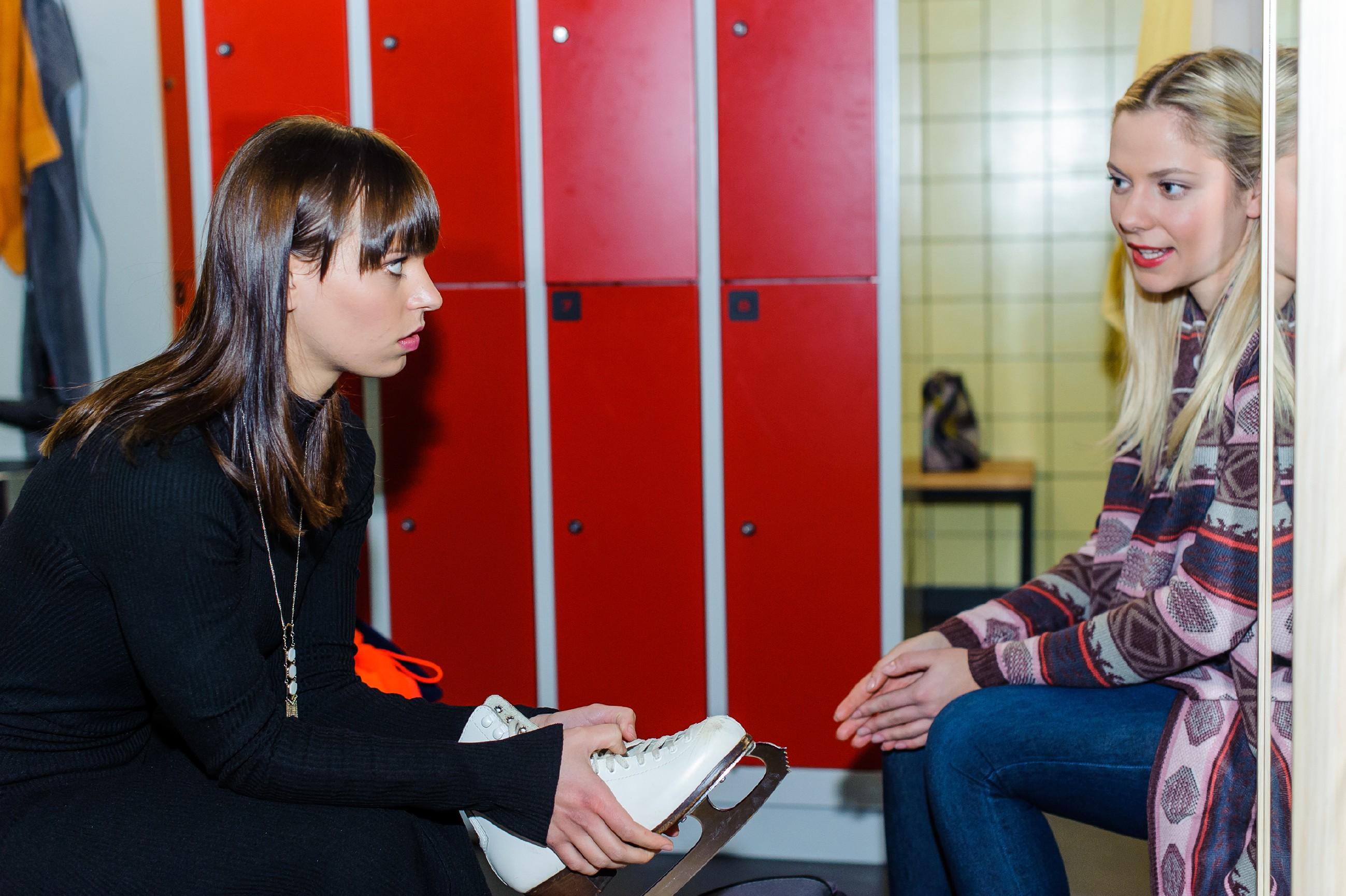 Michelle (Franziska Benz, l.) verschweigt vor Marie (Cheyenne Phade), dass sie Angst vor der Rückkehr aufs Eis hat. (Quelle: RTL / Julia Feldhagen)