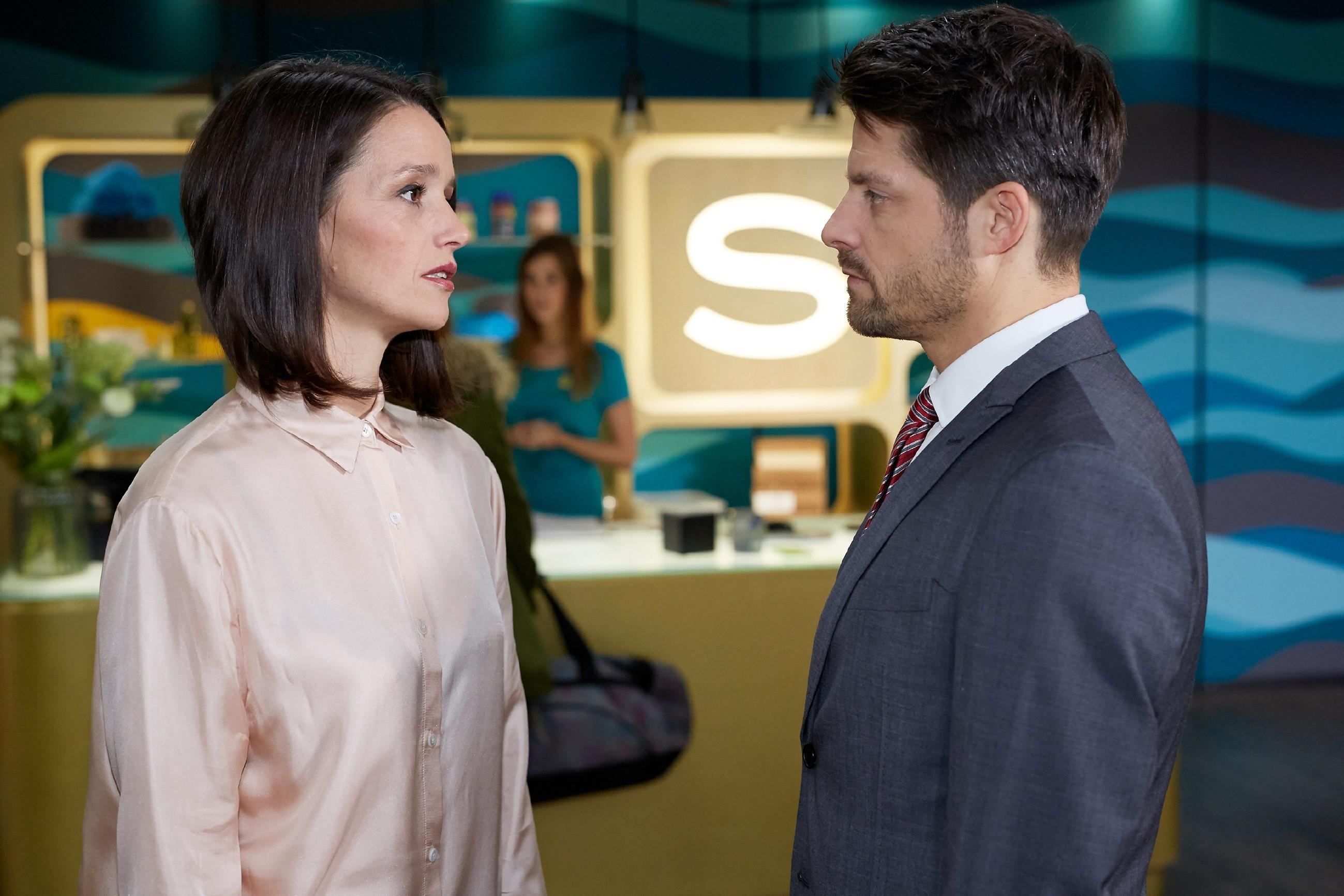 Jenny (Kaja Schmidt-Tychsen) fürchtet, dass ihr Einsatz für Michelle vergeblich war und Vincent (Daniel Buder) eigene Interessen verfolgt. (Quelle: RTL / Guido Engels)