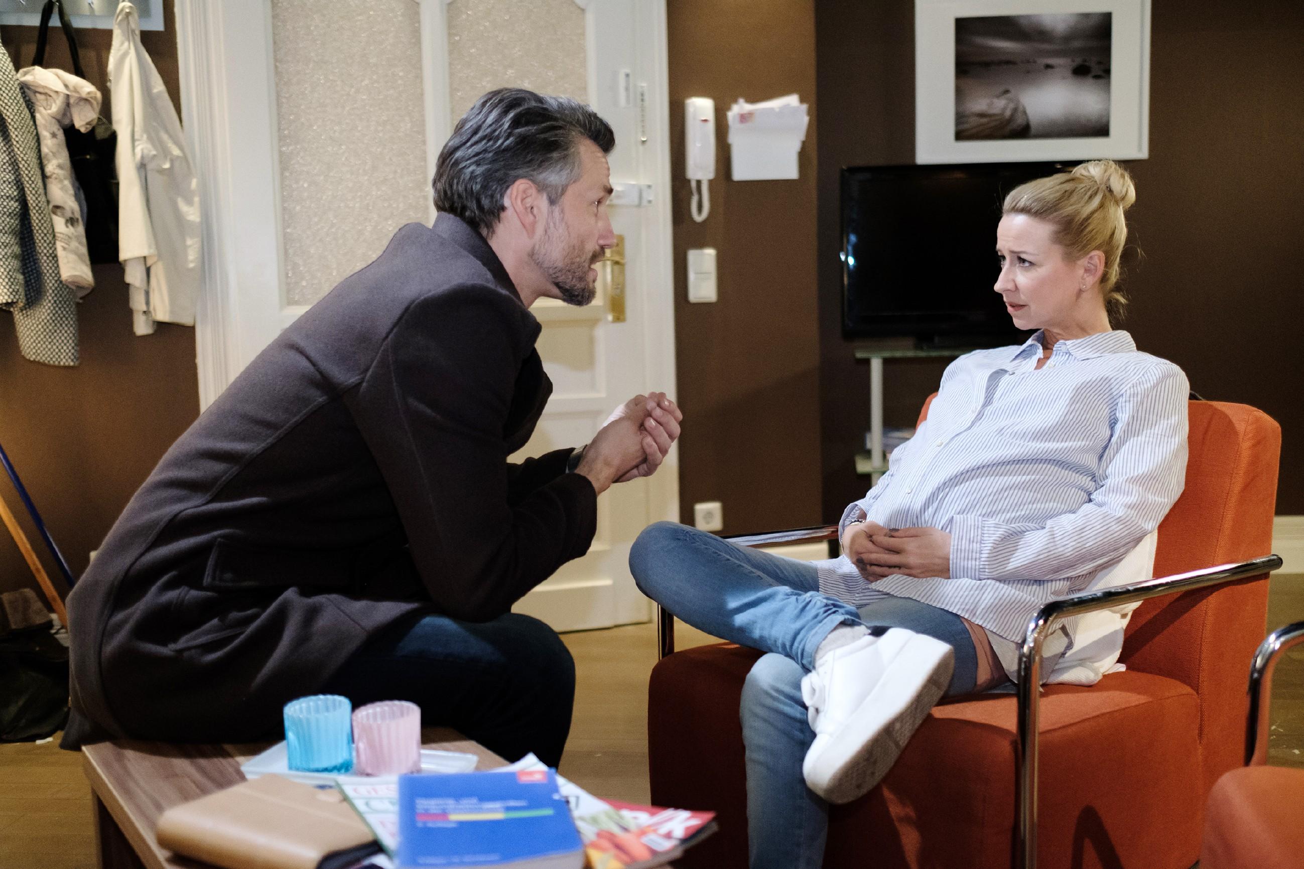 Durch Evas Auftritt ist Ute (Isabell Hertel) so sehr aufgewühlt, dass sie Malte (Stefan Bockelmann) mit einer ungewöhnlichen Frage überrascht... (Quelle: RTL / Stefan Behrens)