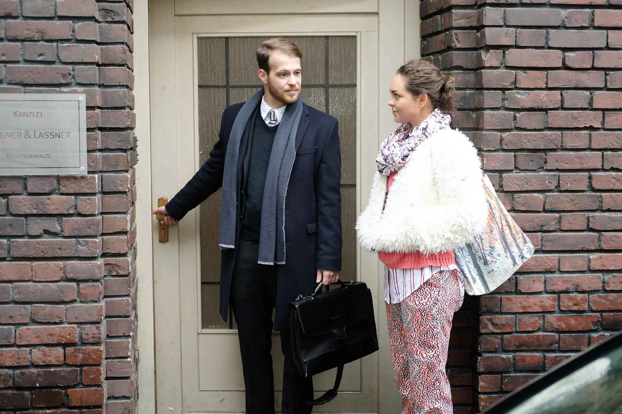 Caro (Ines Kurenbach) ist erleichtert, dass Tobias (Patrick Müller) sich ihr gegenüber fair verhält. (Quelle: RTL / Stefan Behrens)