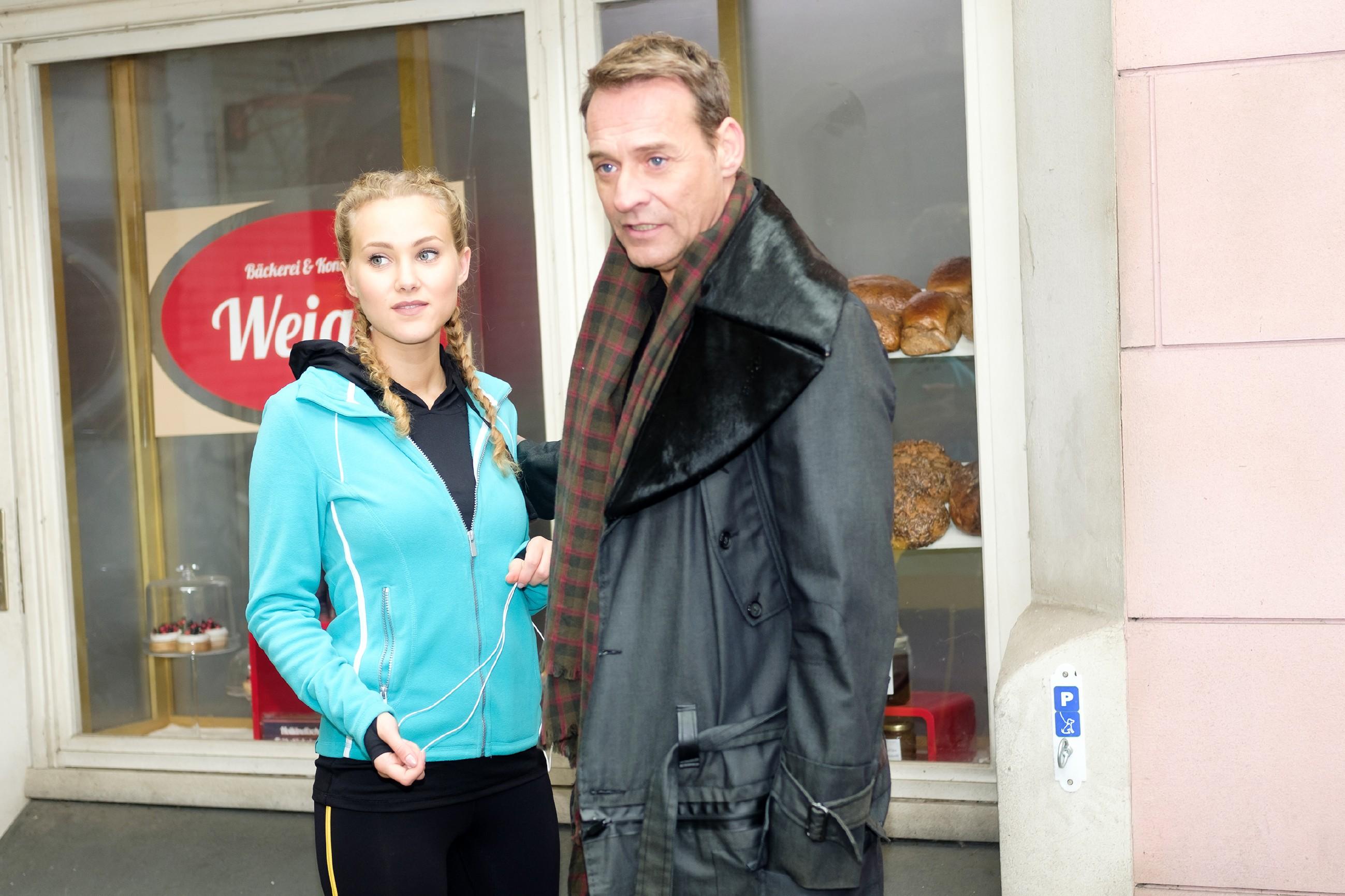 Rufus (Kai Noll) kann mit KayCs (Pauline Angert) Hilfe seinen Schreibstress vergessen. (Quelle: RTL / Stefan Behrens)