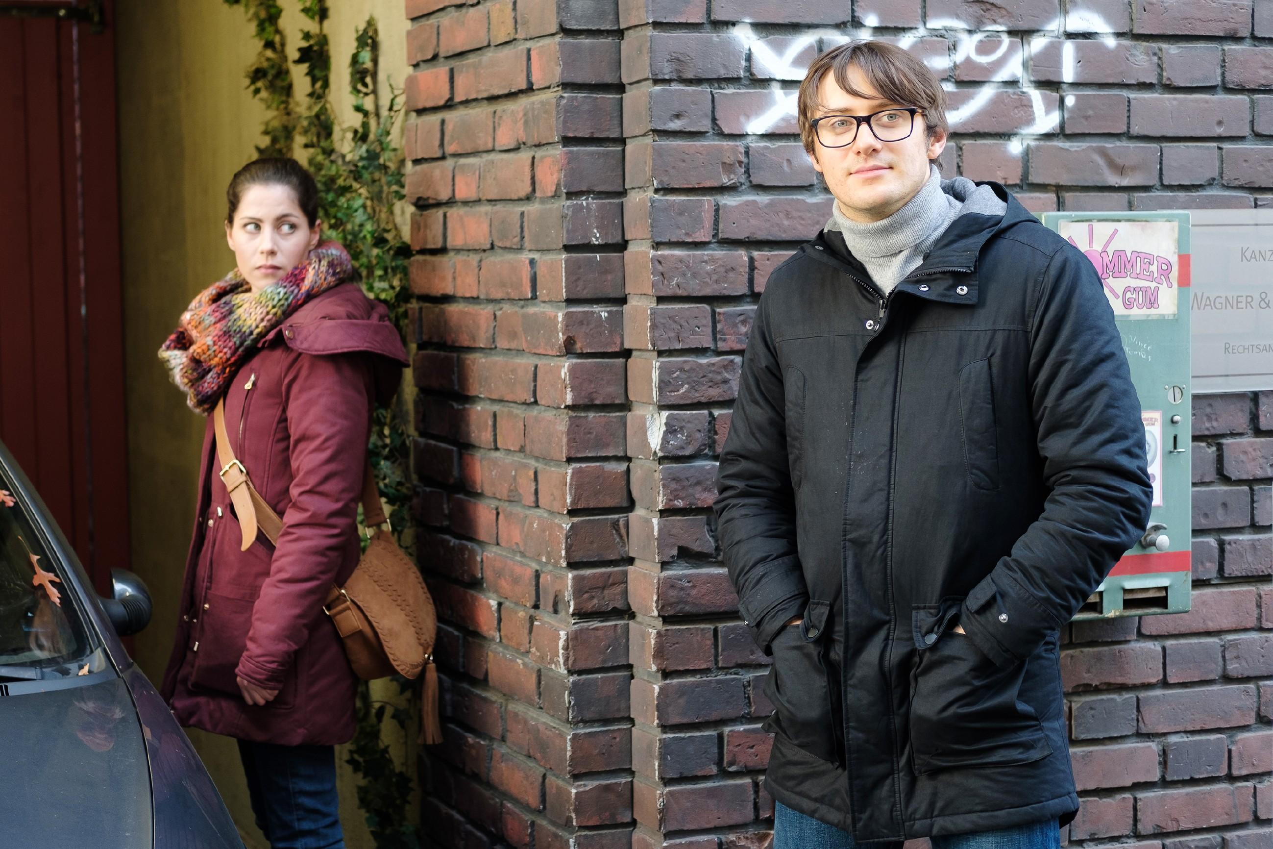 Lukas (Philipp Oliver Baumgarten) sucht Sinas (Valea Katharina Scalabrino) Nähe. (Quelle: RTL / Stefan Behrens)