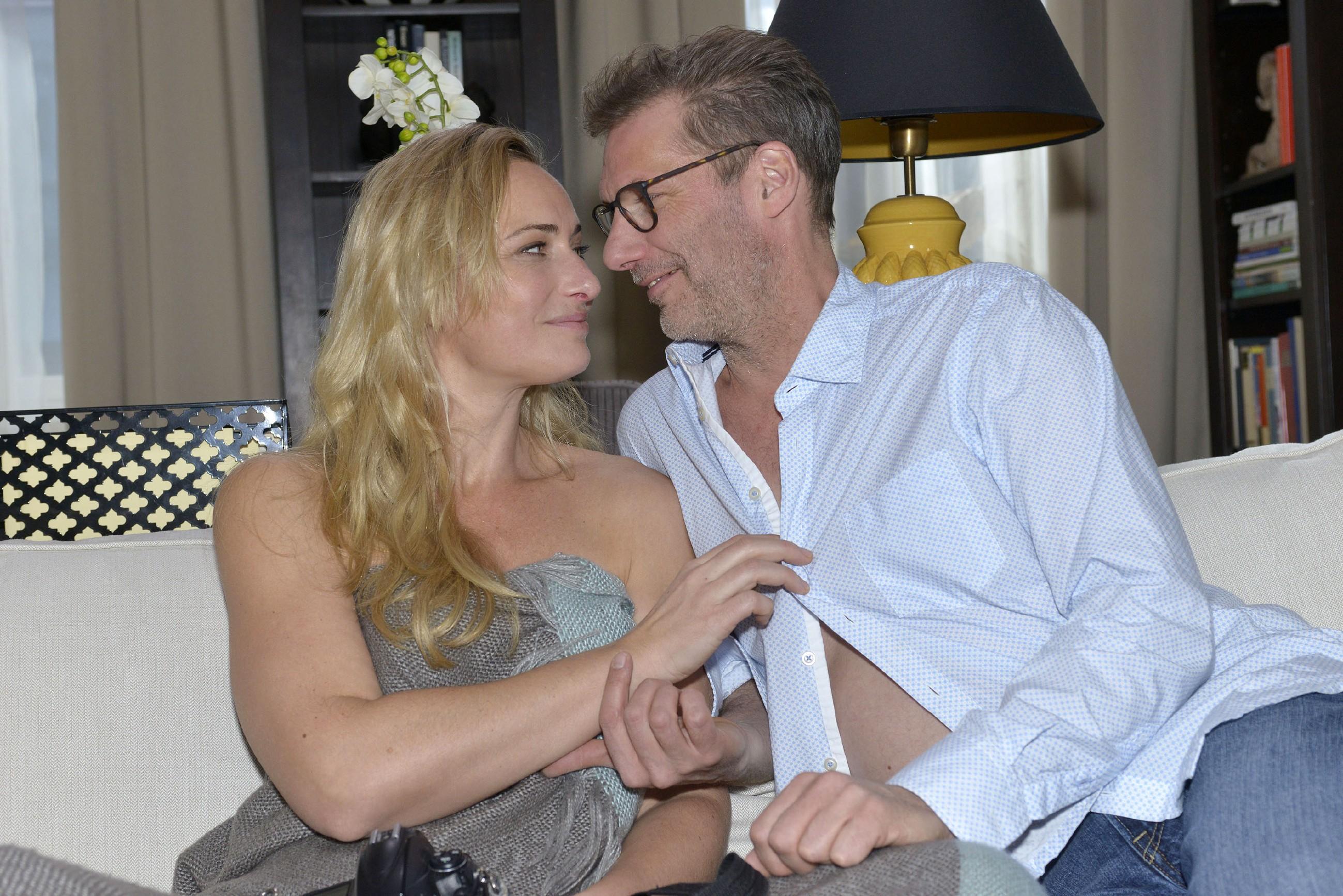 Maren (Eva Mona Rodekirchen) lässt sich spontan auf eine erotische Fotosession mit Alexander (Clemens Löhr) ein. (Quelle: RTL / Rolf Baumgartner)