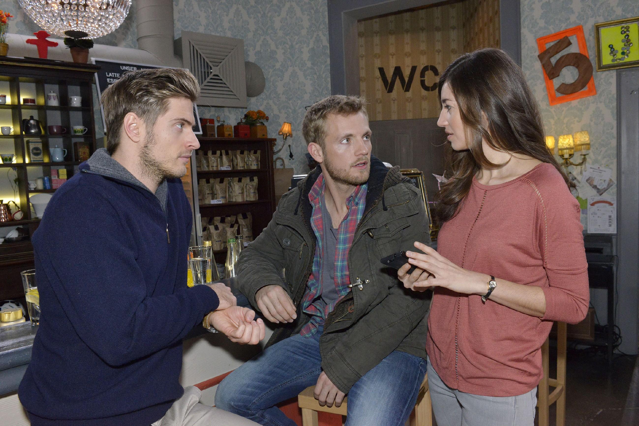 Paul (Niklas Osterloh, M.) erzählt Philip (Jörn Schlönvoigt) und Elena (Elena Garcia Gerlach), dass er bei seinem Date mit Emily alles richtig machen will - es soll perfekt werden. (Quelle: RTL / Rolf Baumgartner)
