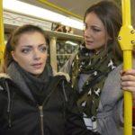 Jasmin (Janina Uhse, r.) kann nicht verstehen, warum Emily (Anne Menden) ihren Gefühlen nicht nachgeben will. (Quelle: RTL / Rolf Baumgartner)