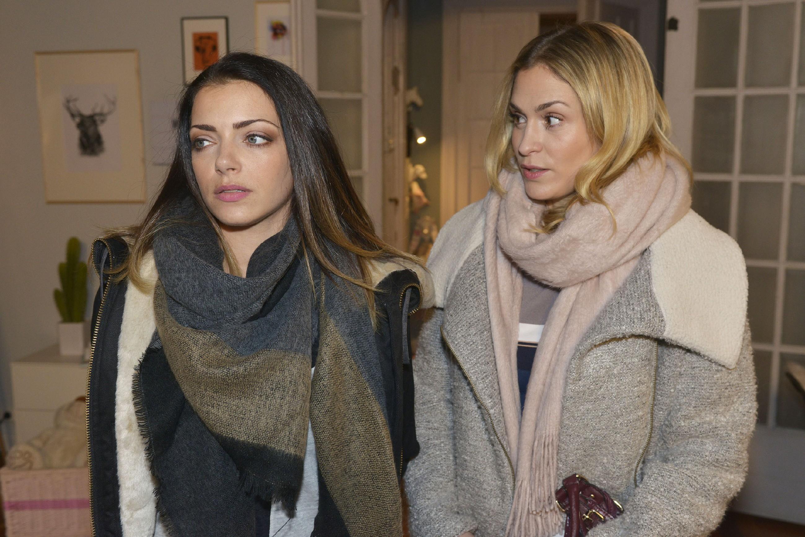 Sophie (Lea Marlen Woitack, r.) wundert sich über Emilys (Anne Menden) ablehnende Haltung Paul gegenüber. (Quelle: RTL / Rolf Baumgartner)