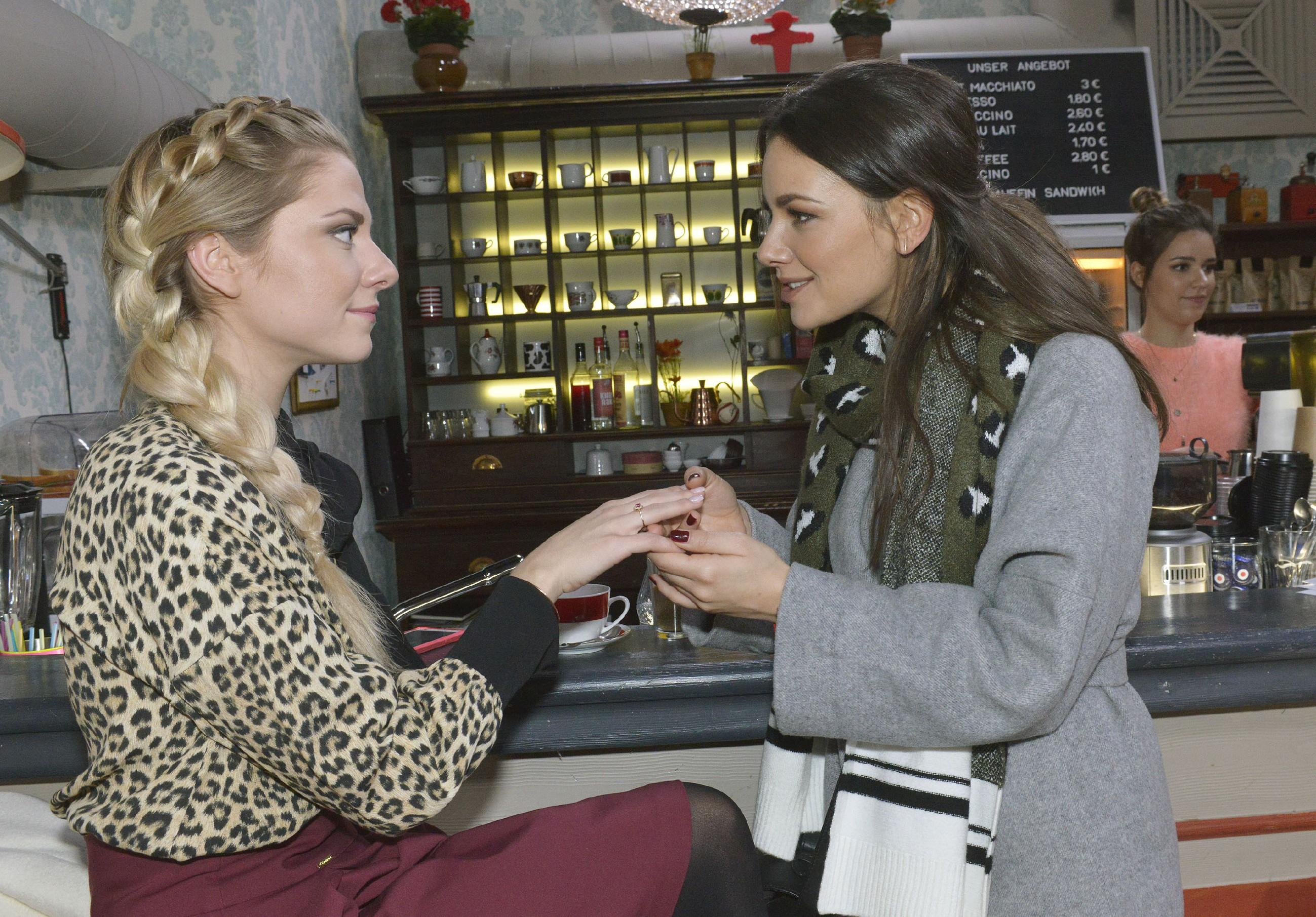 Jasmin (Janina Uhse, r.) bewundert Sunnys (Valentina Pahde) Verlobungsring, spürt jedoch auch deren Verunsicherung, was die Heiratspläne angeht. (Quelle: RTL / Rolf Baumgartner)
