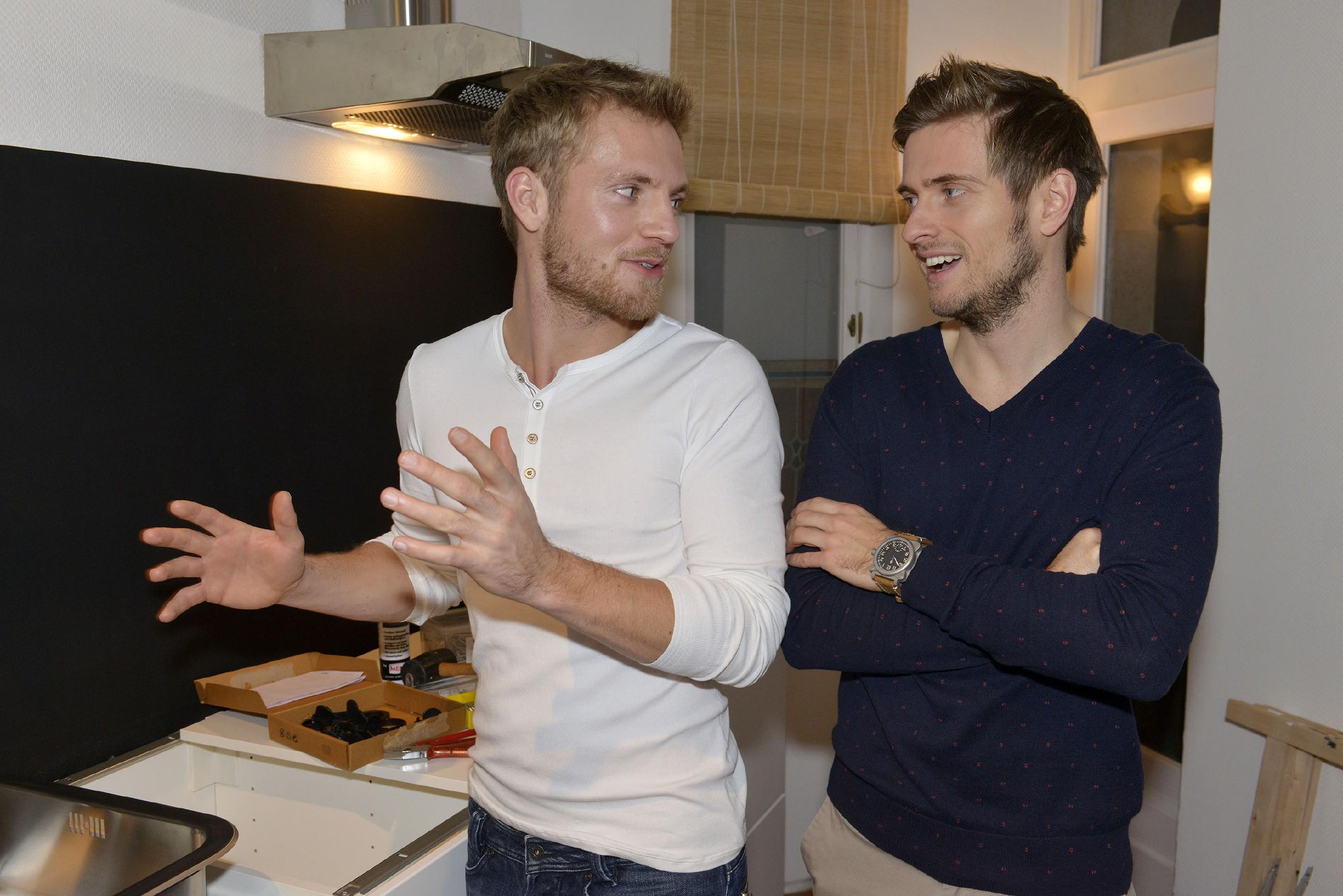 Paul (Niklas Osterloh, l.) und Philip (Jörn Schlönvoigt) sind froh, dass die Renovierungsarbeiten vorangehen. (Quelle: RTL / Rolf Baumgartner)