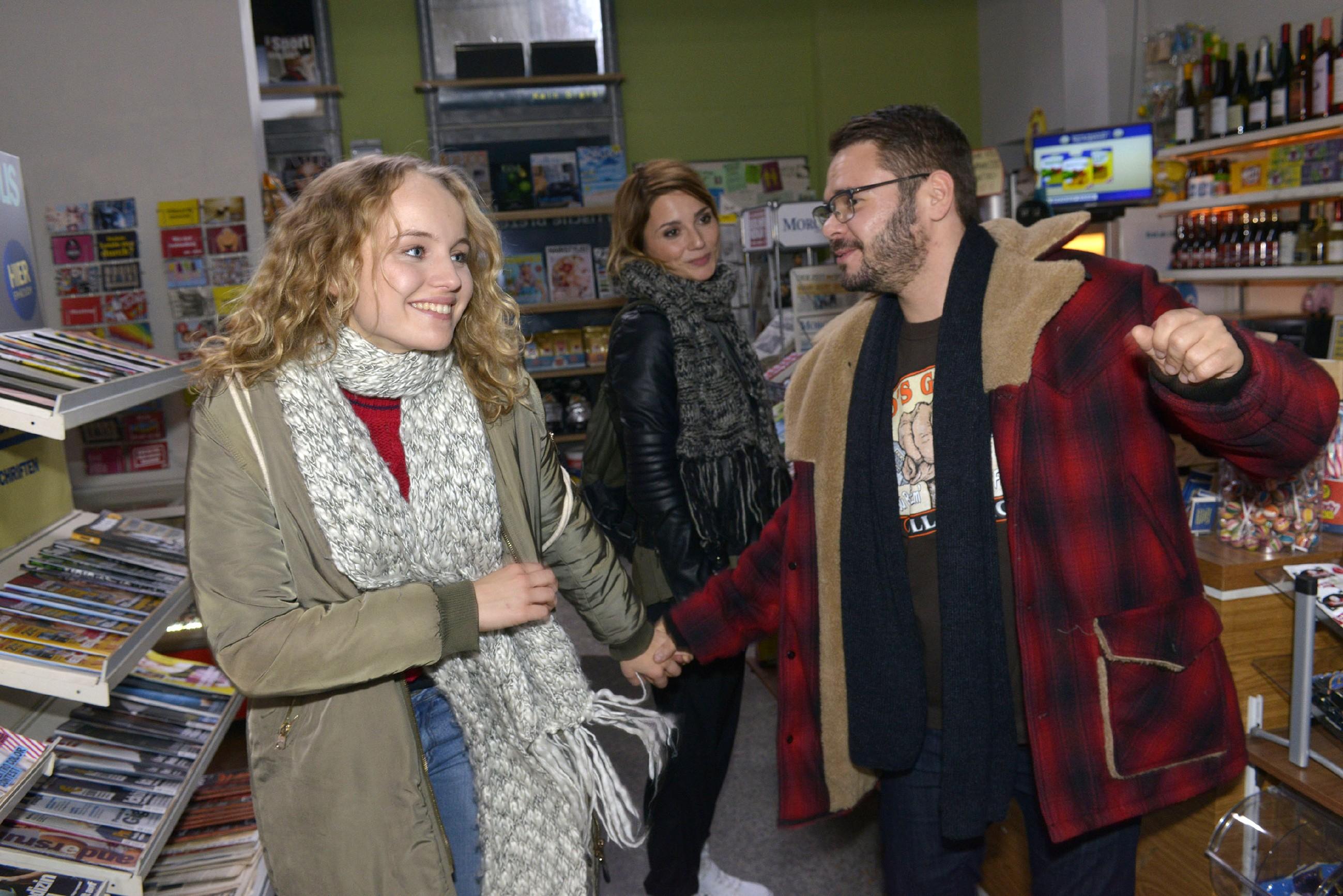 Jule (Luise von Finckh, l.) und Tuner (Thomas Drechsel) sind so glücklich miteinander, dass auch Anni (Linda Marlen Runge) beginnt, sich für Tuner zu freuen. (Quelle: RTL / Rolf Baumgartner)