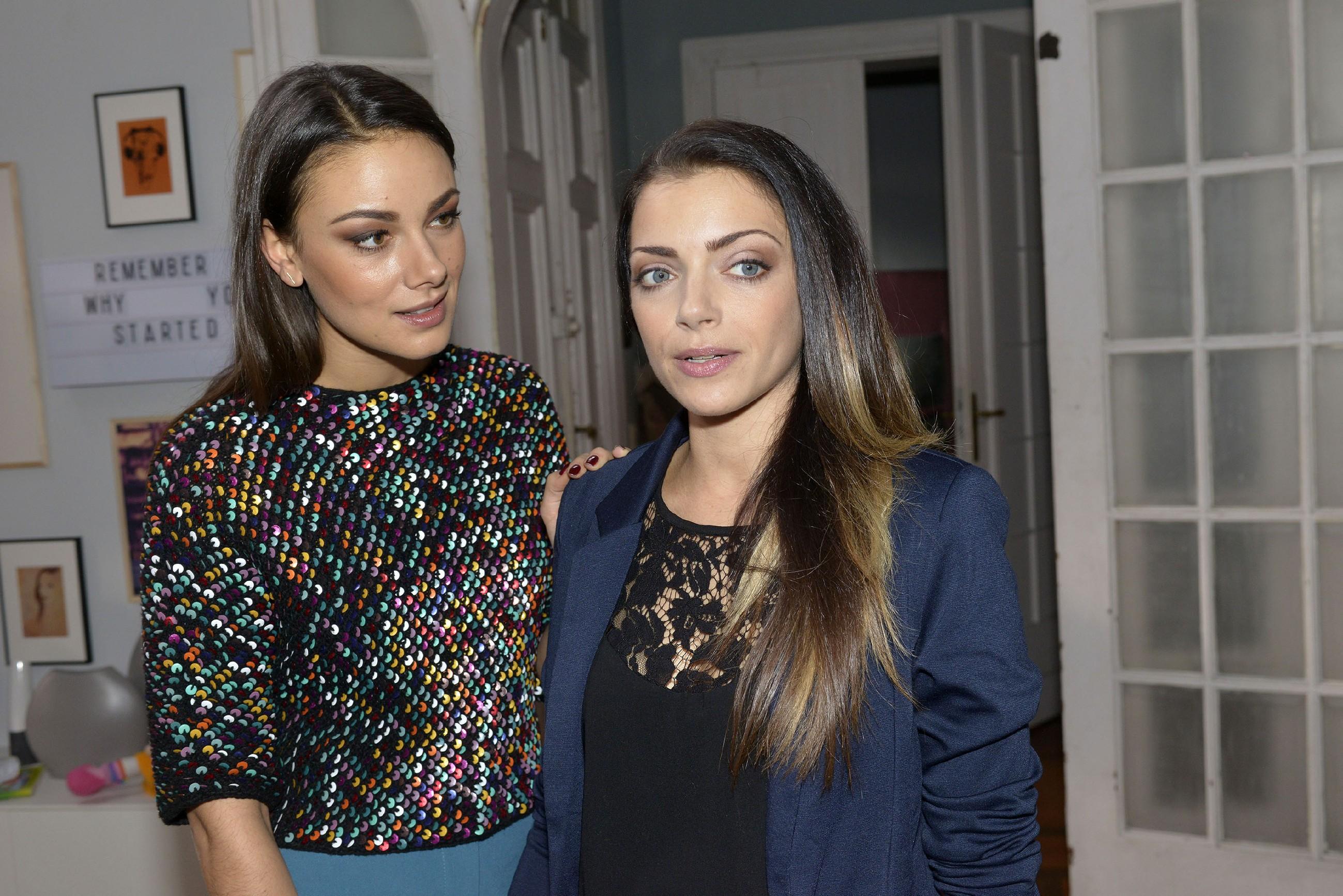 Jasmin (Janina Uhse, l.) durchschaut, dass Emilys (Anne Menden) Gedanken weiterhin um Paul kreisen - auch wenn sie das leugnet. (Quelle: RTL / Rolf Baumgartner)