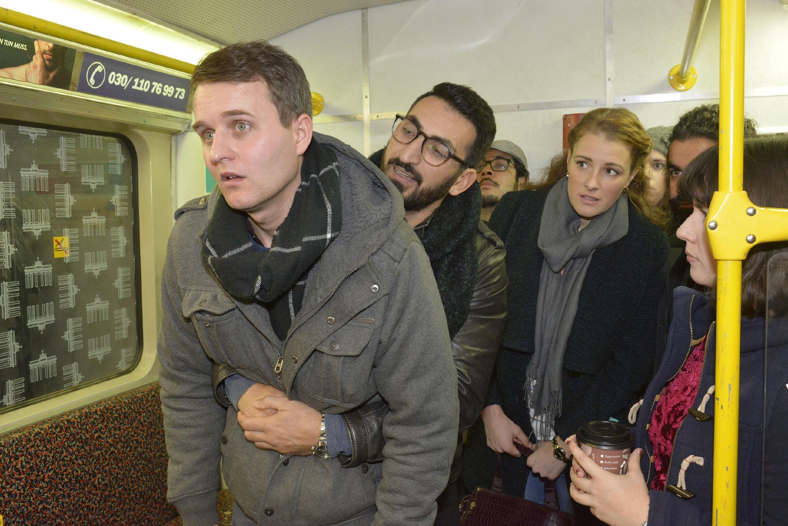 Durch eine Eingebung in letzter Sekunde schafft Mesut (Mustafa Alin, M.) es, einem jungen Mann (Komparse) in der U-Bahn das Leben zu retten... (Quelle: RTL / Rolf Baumgartner)