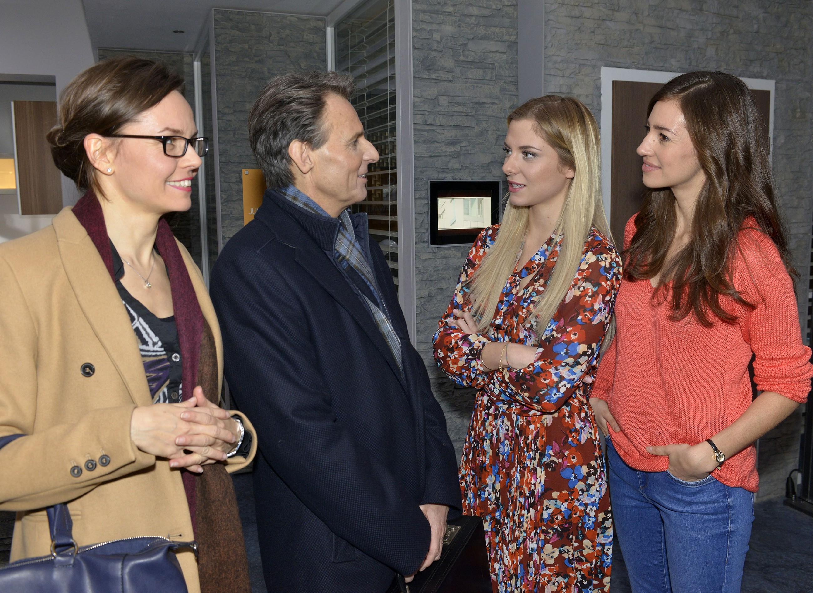 Sunny (Valentina Pahde, 2.v.r.) und Elena (Elena Garcia Gerlach, r.) fragen sich, warum Gerner (Wolfgang Bahro) so guter Stimmung ist, als er in Begleitung von Frau Heinrichs (Yvonne Ernicke) ins Büro kommt. (Quelle: RTL / Rolf Baumgartner)
