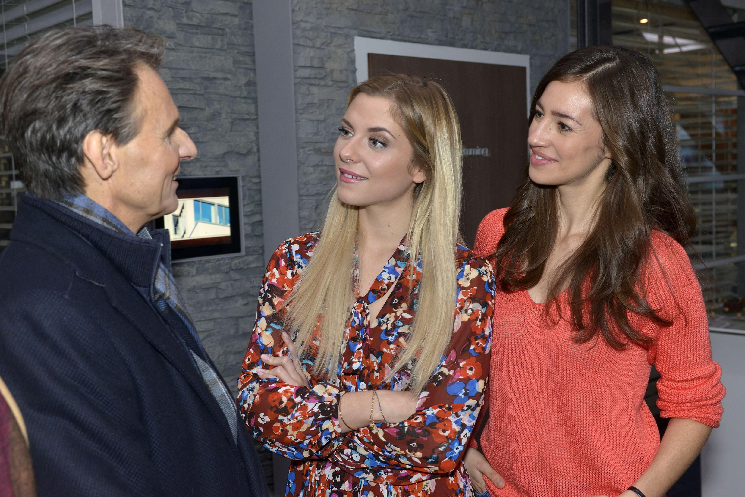 Sunny (Valentina Pahde, M.) und Elena (Elena Garcia Gerlach) fragen sich, warum Gerner (Wolfgang Bahro) so guter Stimmung ist. (Quelle: RTL / Rolf Baumgartner)