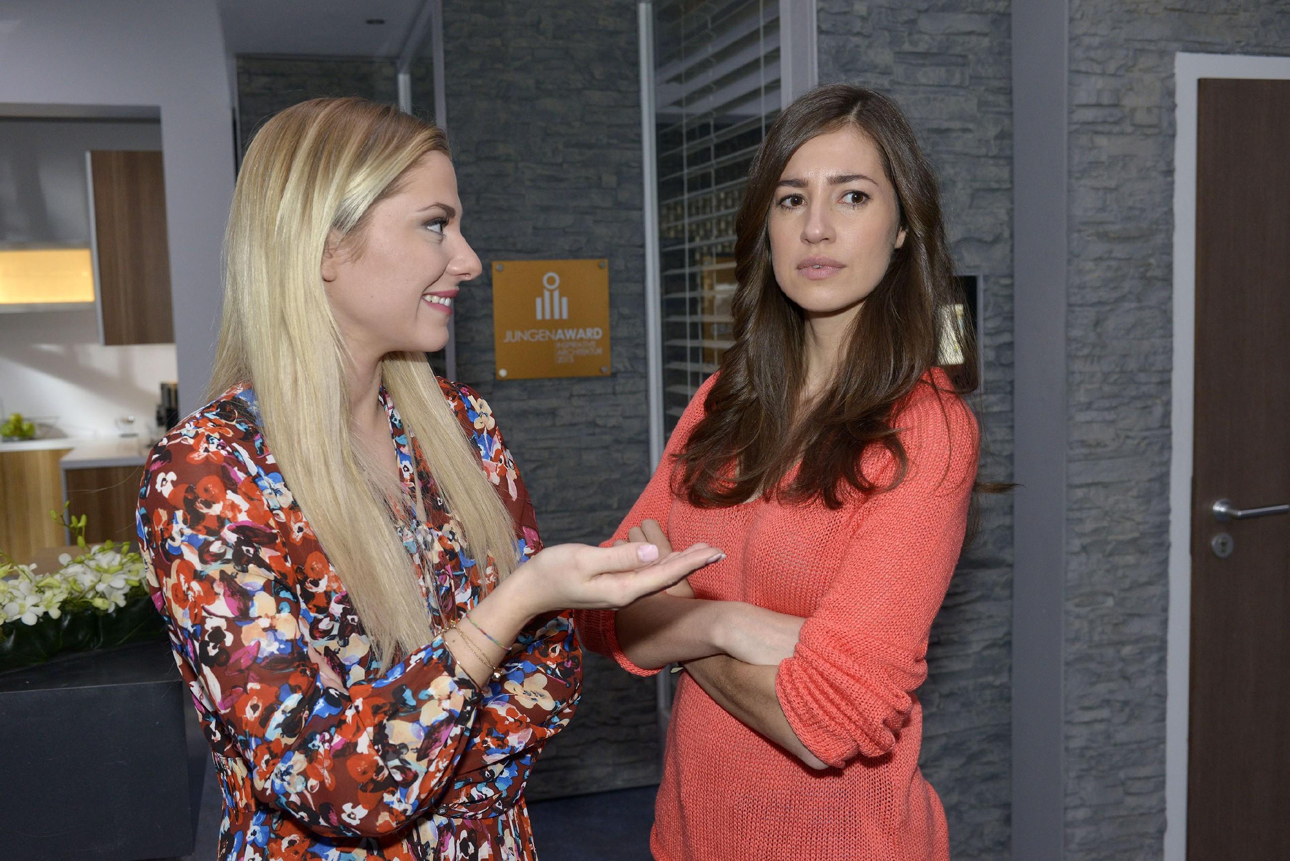 Elena (Elena Garcia Gerlach, r.) tut ihren Moment der Schwäche für Gerner als Hirngespinst ab, bis sie von Sunny (Valentina Pahde) erfährt, dass dieser in der letzten Nacht offenbar Sex mit Frau Heinrichs hatte. (Quelle: RTL / Rolf Baumgartner)