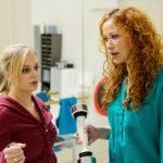 Lena (Juliette Greco, l.) muss nach einer Information von Brigitte (Madlen Kaniuth) entsetzt feststellen, dass Leo ihr Vertrauen missbraucht hat. (Quelle: RTL / Kai Schulz)