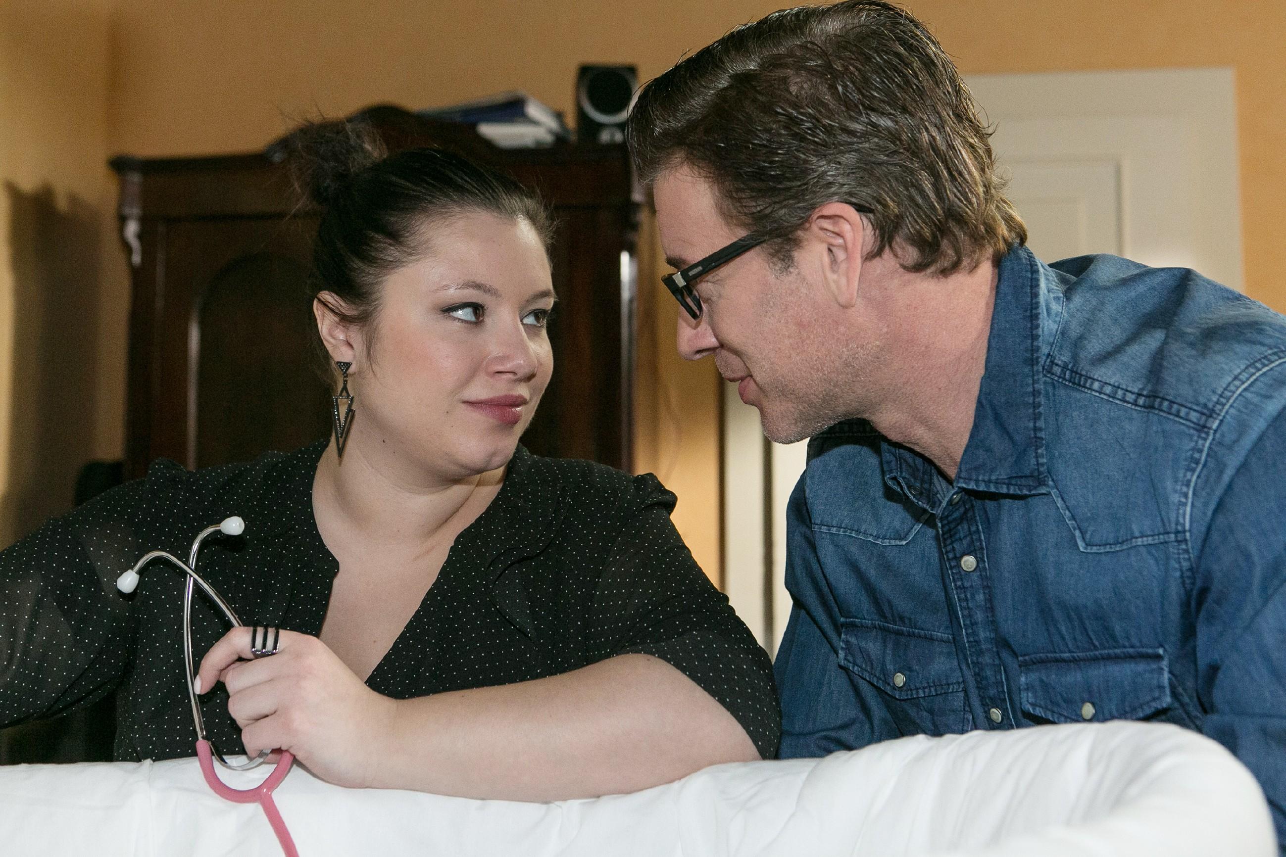 Vanessa (Julia Augustin) und Christoph (Lars Korten) wollen wegen Henrys Fieber auf Nummer Sicher gehen und ihn im Krankenhaus untersuchen lassen. (Quelle: RTL / Kai Schulz)