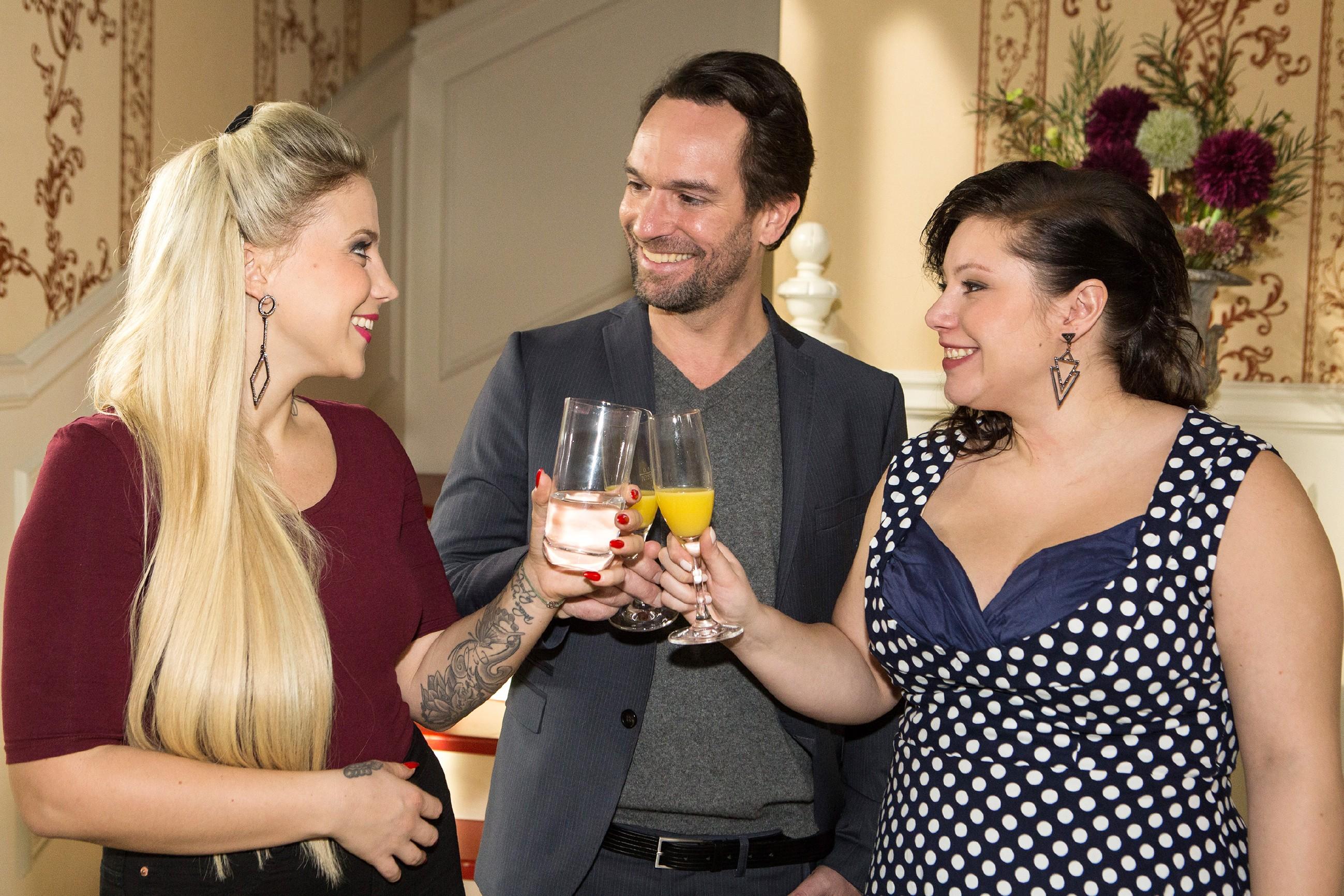Iva (Christina Klein, l.) stößt mit Thomas (Daniel Brockhaus) und Vanessa (Julia Augustin) auf Henrys Taufe an. (Quelle: RTL / Kai Schulz)