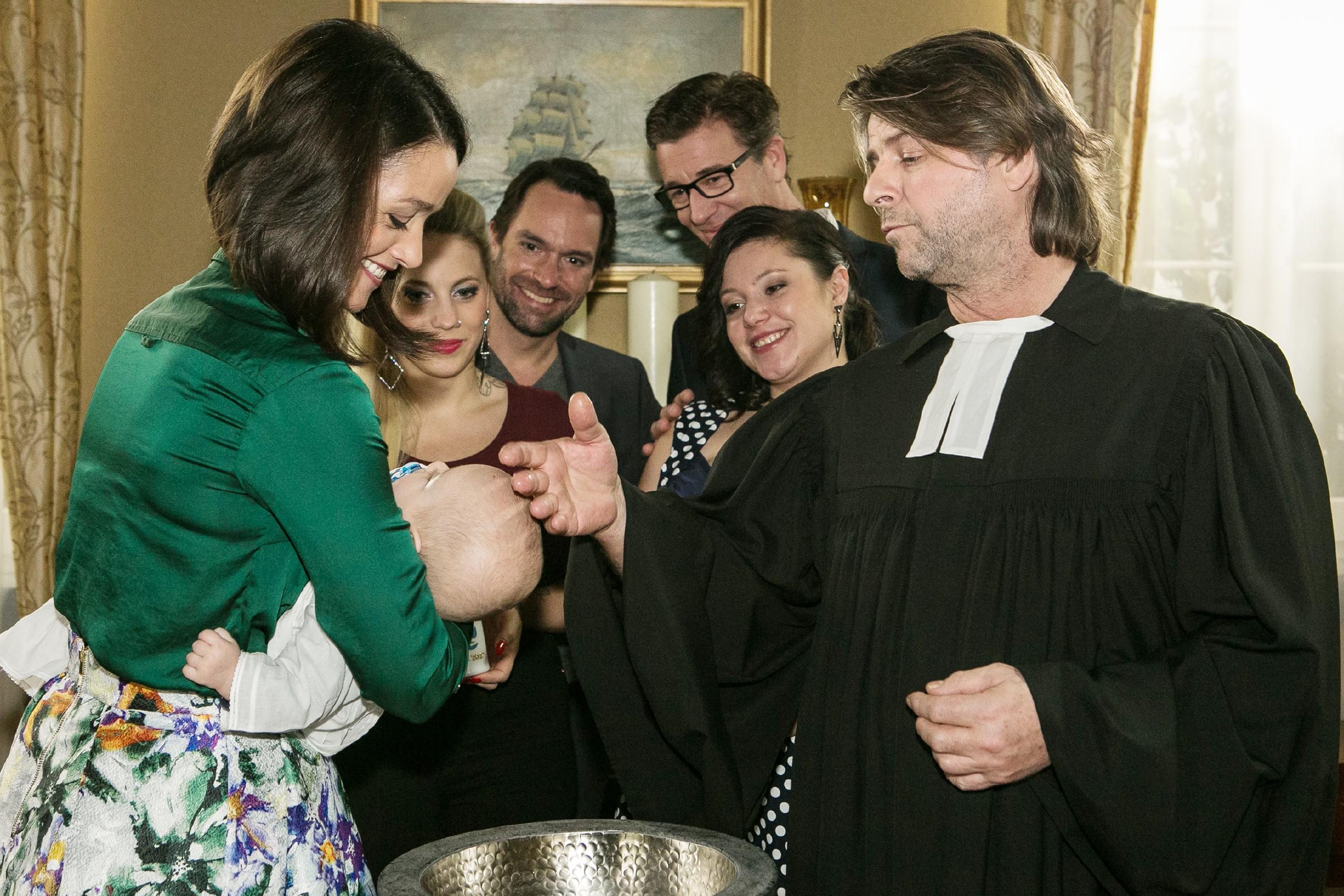 V.l.: Jenny (Kaja Schmidt-Tychsen), Iva (Christina Klein), Thomas (Daniel Brockhaus), Christoph (Lars Korten) und Vanessa (Julia Augustin) verfolgen ergriffen, wie Baby Henry von Pfarrer Hellmut (Uwe Fellensiek) getauft wird. (Quelle: RTL / Kai Schulz)