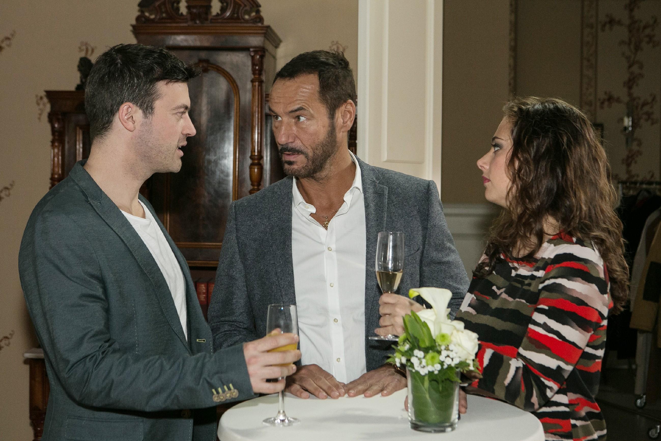 Ben (Jörg Rohde, l.) und Carmen (Heike Warmuth) unterhalten sich bei der Taufe mit Richard (Silvan-Pierre Leirich), der entschlossen ist, seine Abneigung gegen Vincent auf der Tauffeier zu unterdrücken. (Quelle: RTL / Kai Schulz)