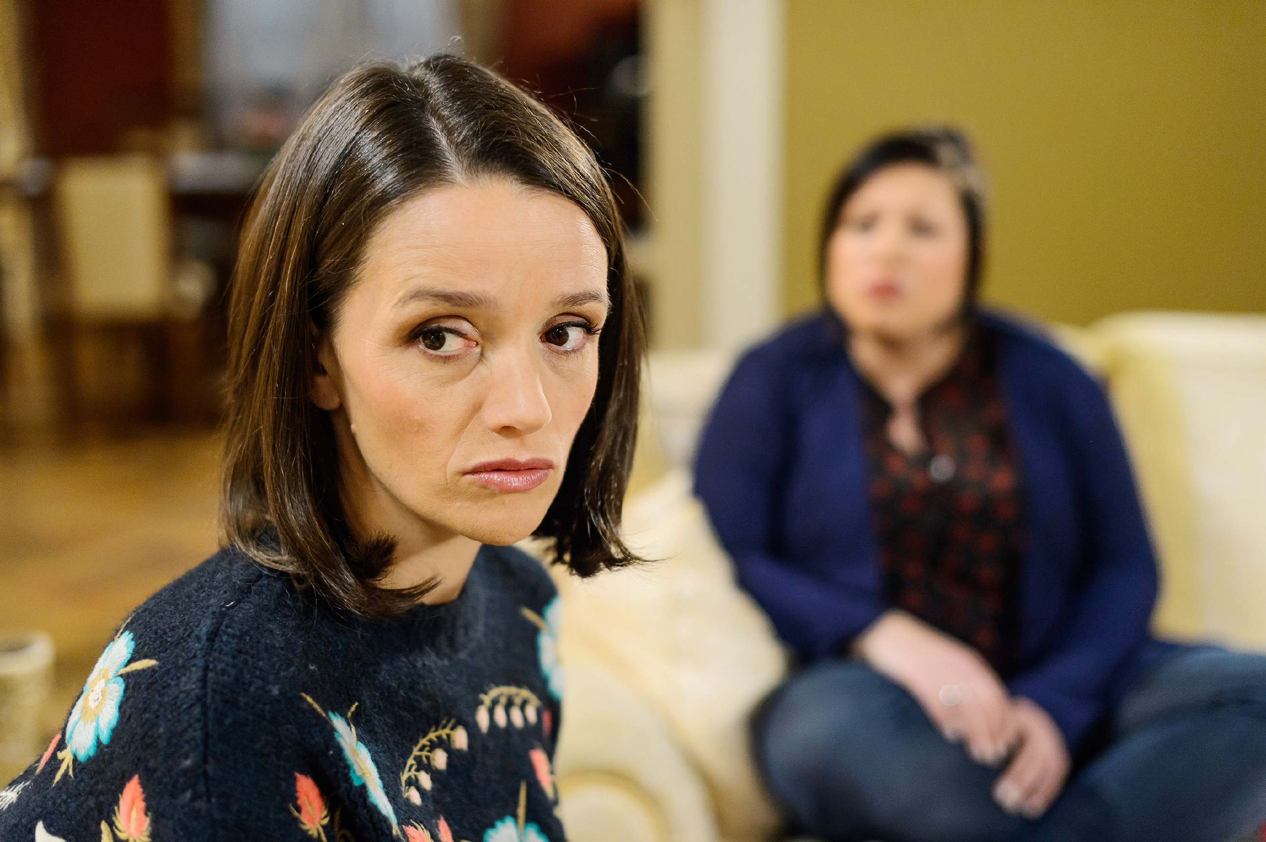 Schweren Herzens muss Vanessa (Julia Augustin, r.) der tief enttäuschten Jenny (Kaja Schmidt-Tychsen) klarmachen, dass sie sich für Iva als zweite Taufpatin für Henry entschieden haben. (Quelle: RTL / Willi Weber)