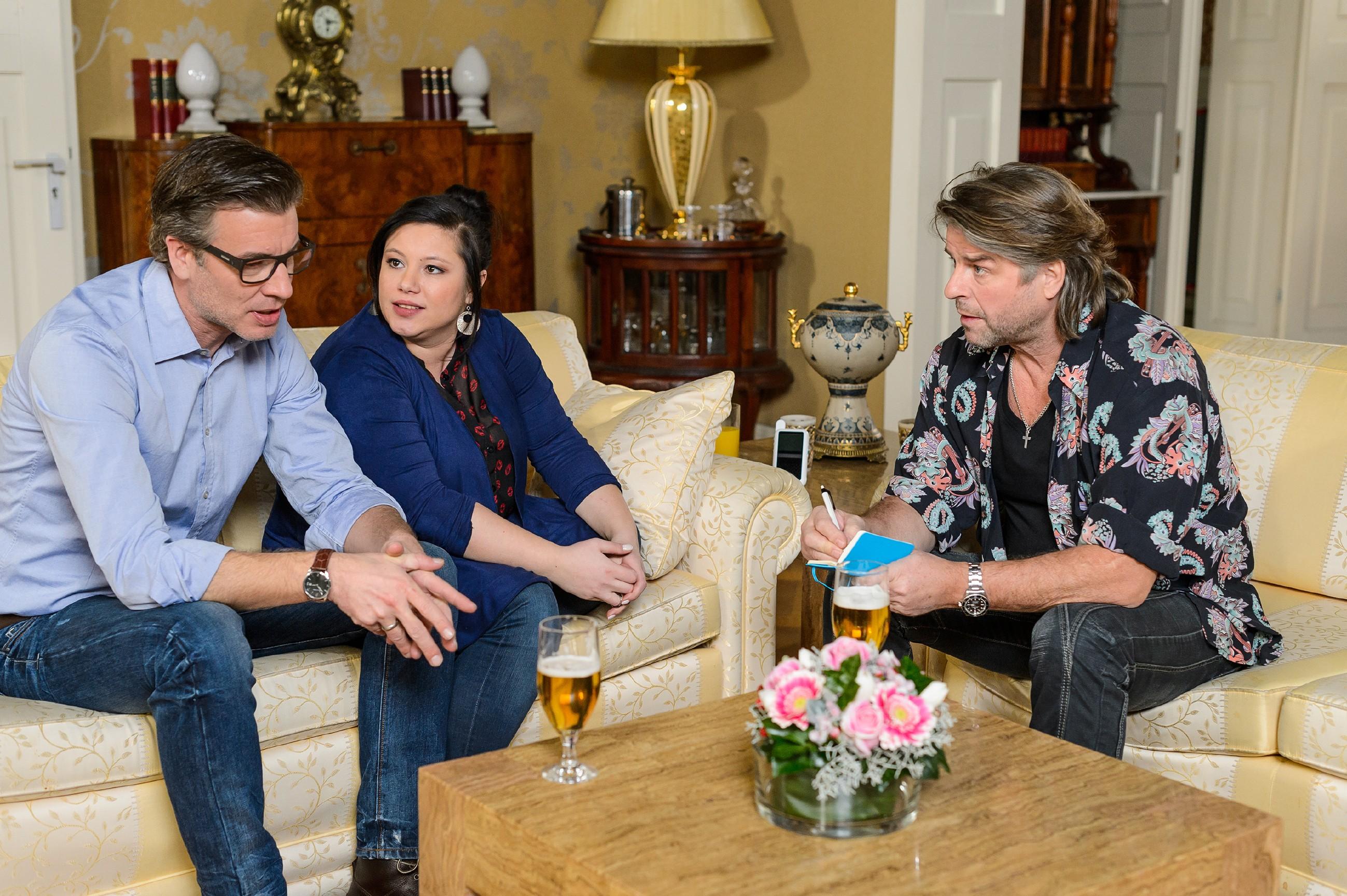 Als der Pfarrer Hellmut Zeiler (Uwe Fellensiek, r.) mit Vanessa (Julia Augustin) und Christoph (Lars Korten) die Taufe bespricht, sind sie sich bei der Patenwahl uneins. (Quelle: RTL / Willi Weber)