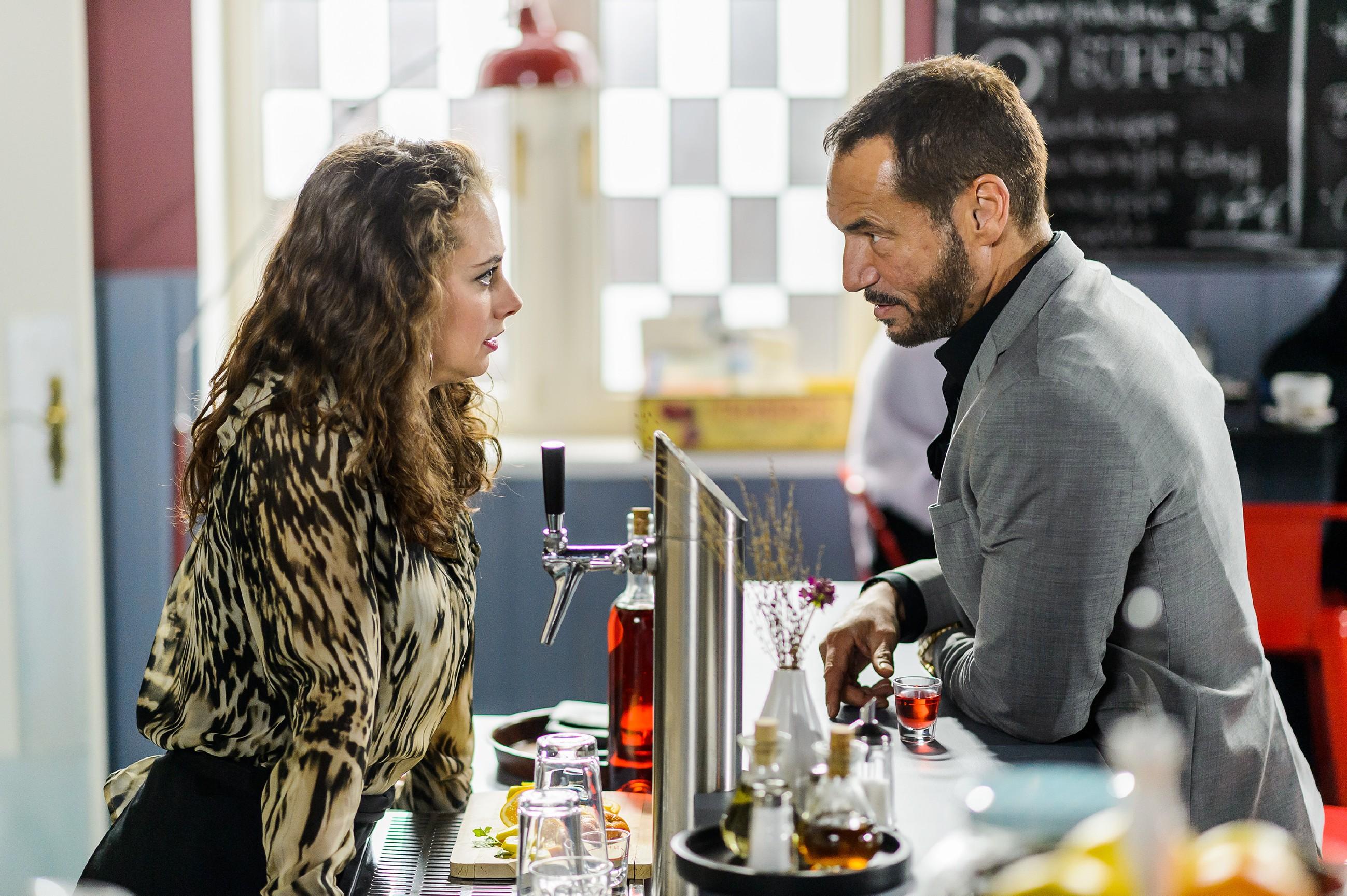 Carmen (Heike Warmuth) rät Richard (Silvan-Pierre Leirich), sich nicht von Vincent provozieren zu lassen. (Quelle: RTL / Willi Weber)