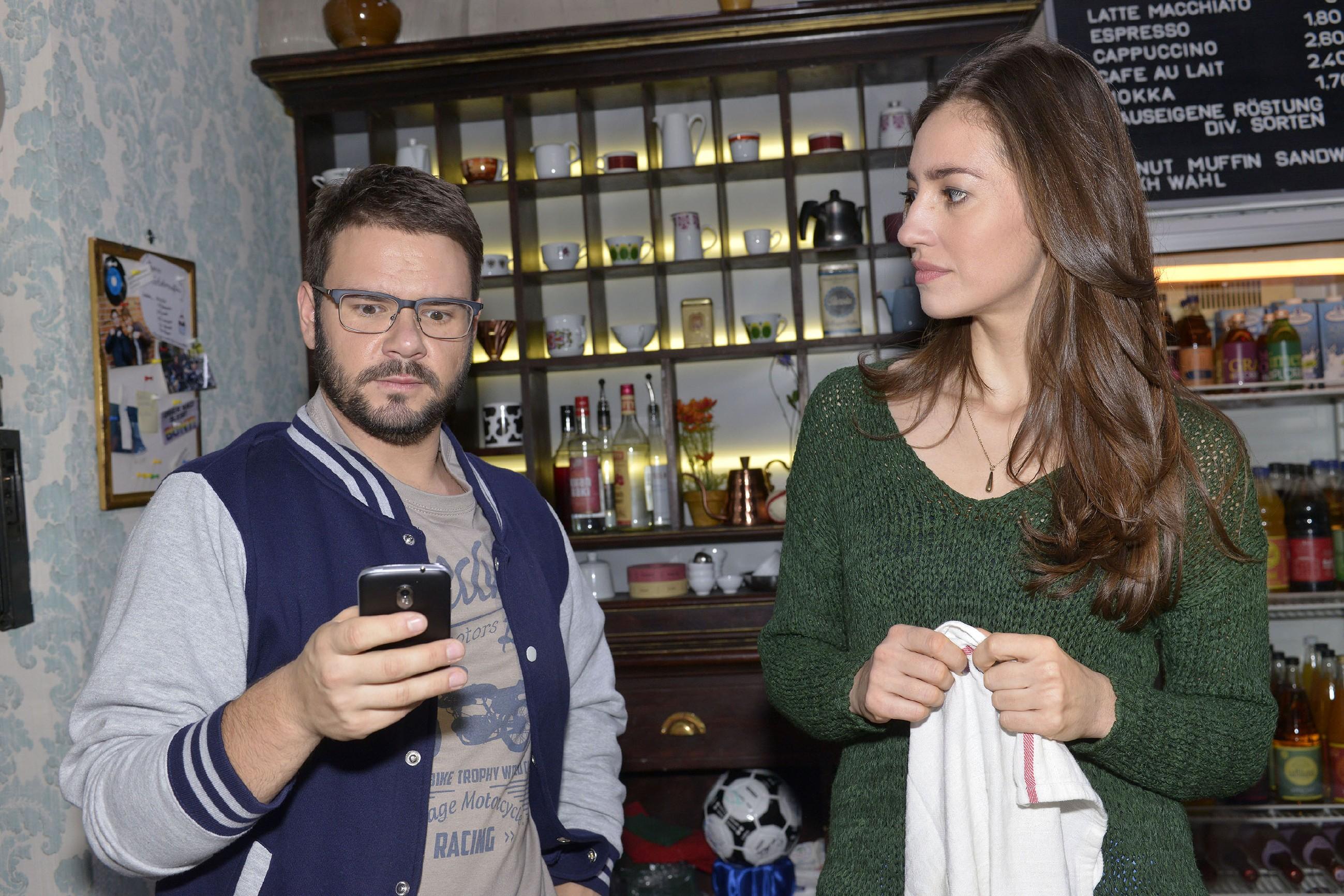 Elena (Elena Garcia Gerlach) bekommt mit, dass Tuner (Thomas Drechsel) eine enttäuschende Nachricht bekommt: Jule hat ein Kino-Date abgesagt. (Quelle: RTL / Rolf Baumgartner)