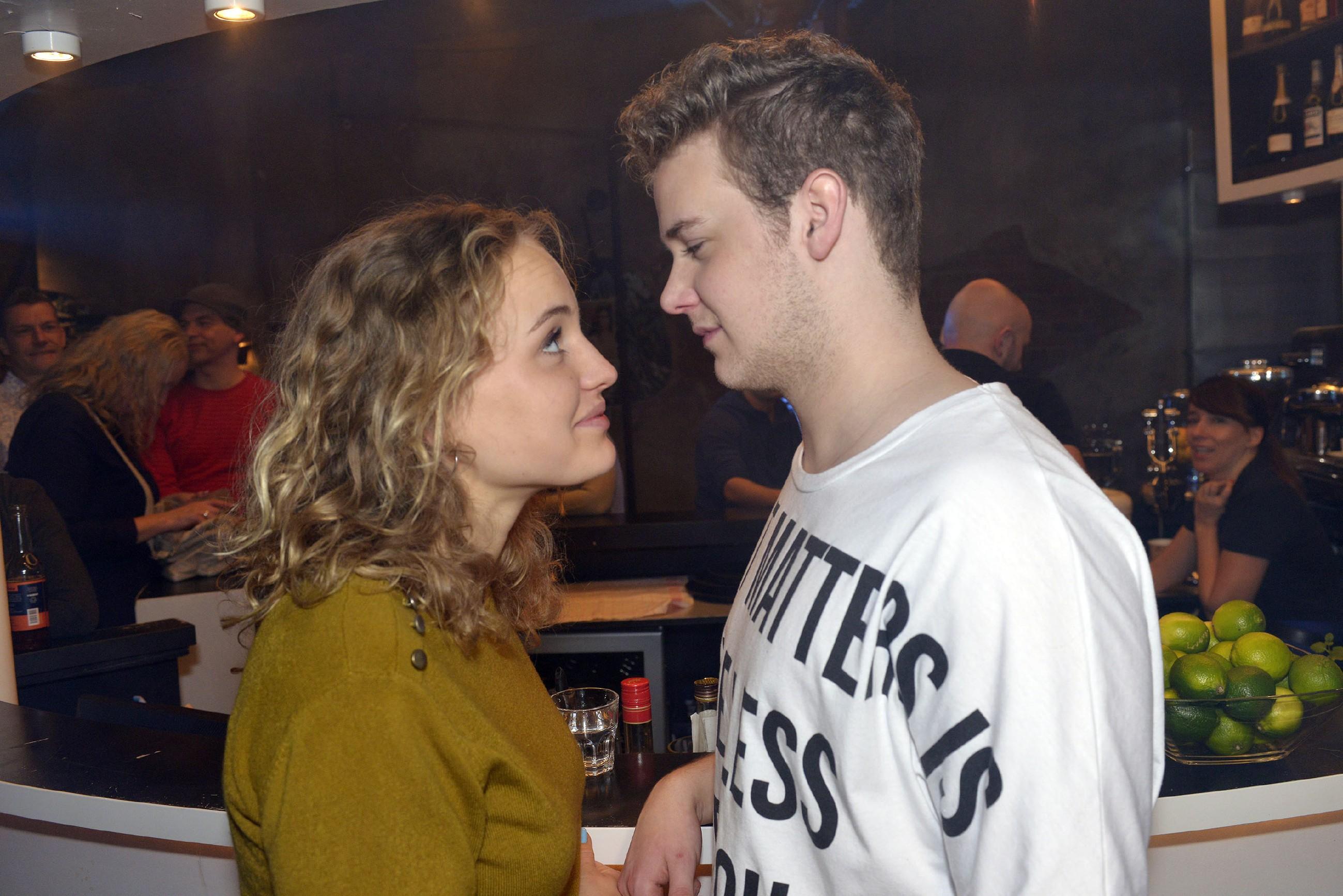 Um sich ihre Unabhängigkeit zu beweisen, macht Jule (Luise von Finckh) im Mauerwerk Party und flirtet mit Jonas (Felix van Deventer). (Quelle: RTL / Rolf Baumgartner)